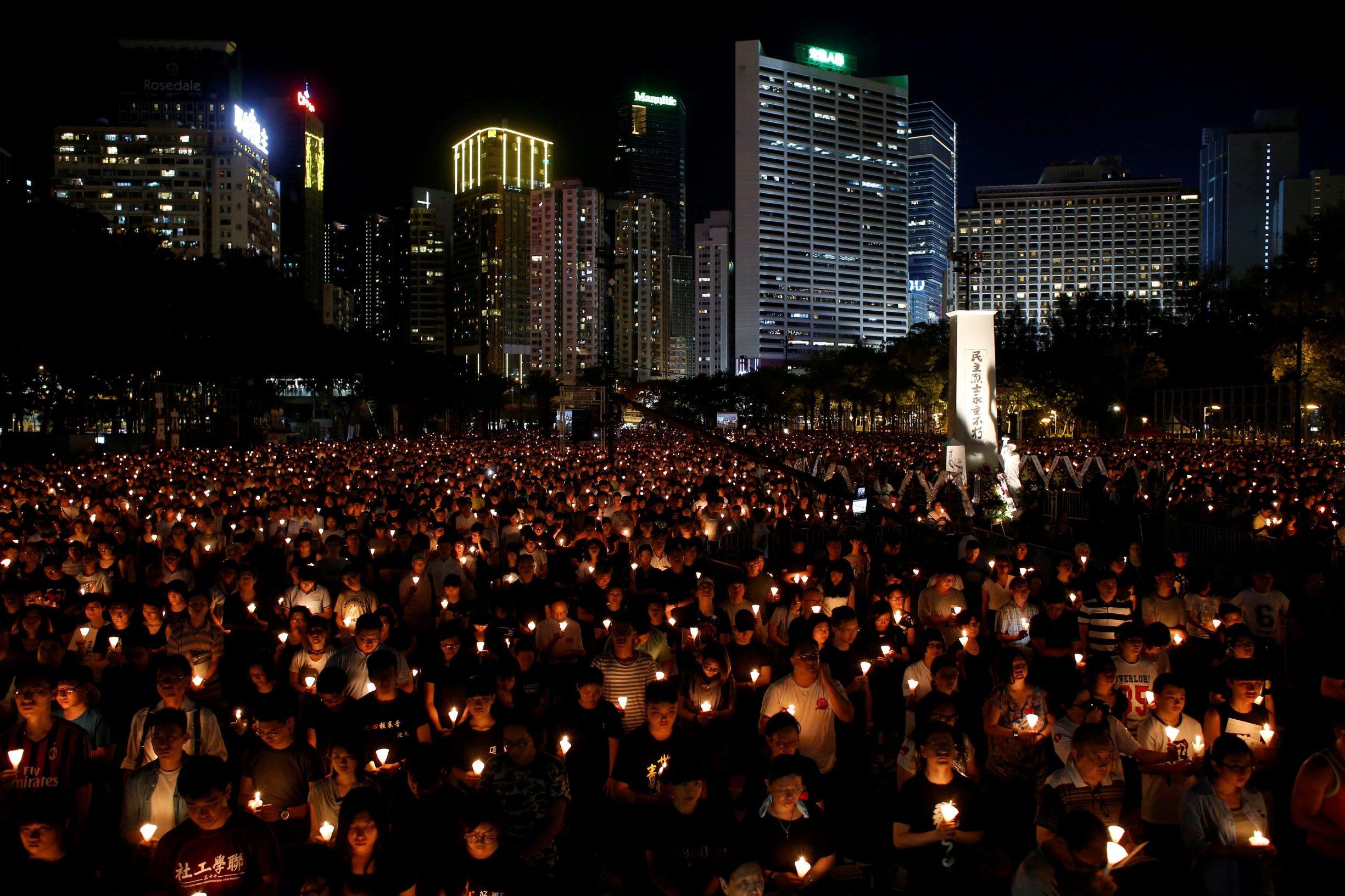 Deseci tisuća ljudi na bdijenju uz svijeće u Hong Kongu prisjetili su se krvavog gušenja prosvjeda studenata i zagovornika demokracije na pekinškom trgu Tiananmen iz 1989. godine