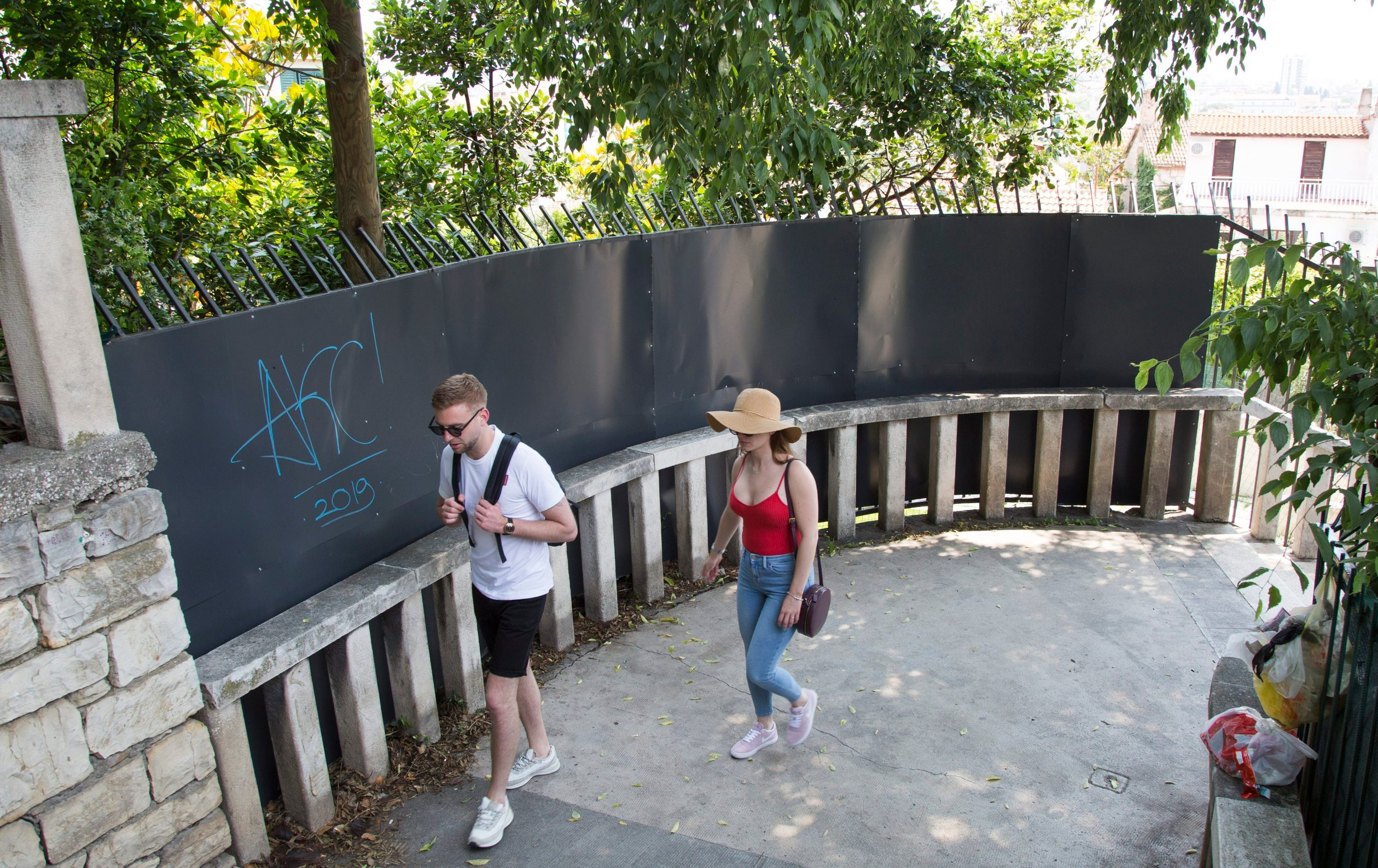 Split, 050619.  Marjanske skale. Kuca Vucevic u Varosu. Vlasnik je podigao metalnu ogradu povise ograde setalista. Foto: Vojko Basic / CROPIX