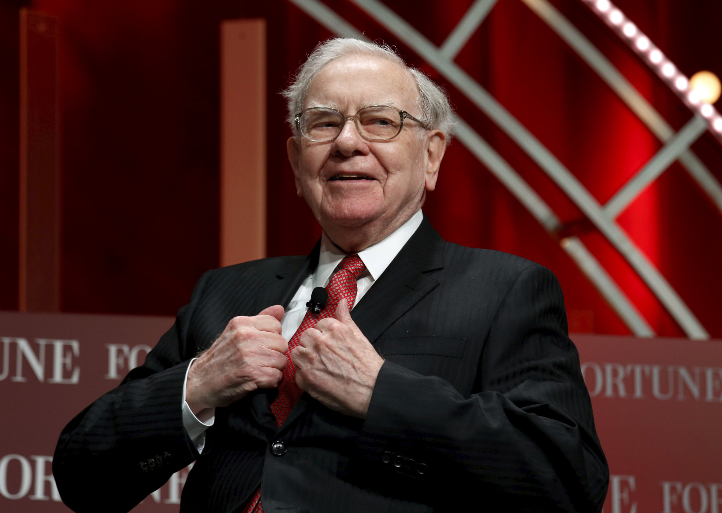 Warren Buffett, chairman and CEO of Berkshire Hathaway, takes his seat to speak at the Fortune's Most Powerful Women's Summit in Washington October 13, 2015.  REUTERS/Kevin Lamarque  - GF10000243307