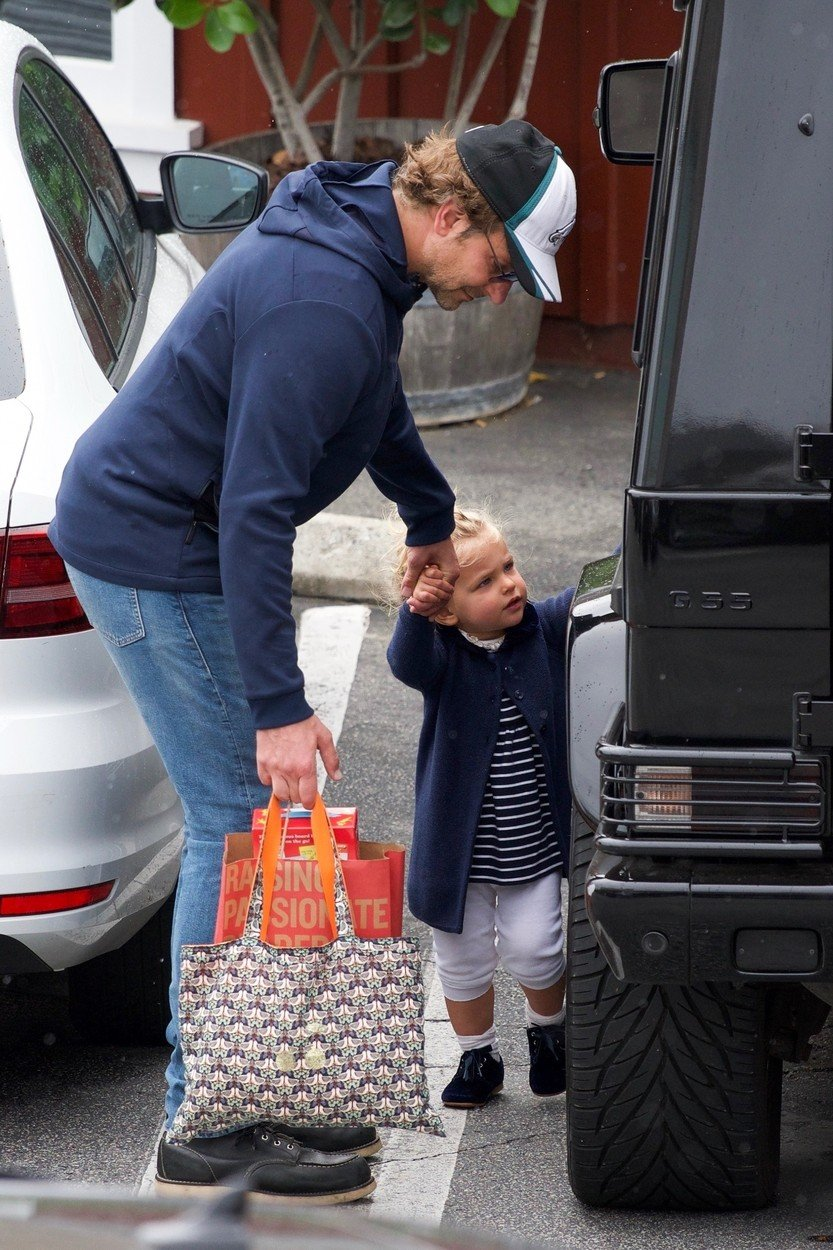 Brentwood, CA  - *EXCLUSIVE*  - Bradley Cooper and Irina Shayk try to keep a low profile as they take their daughter Lea De Seine shopping at Brentwood Country Mart. The family didn't let a little rain stop them, as they emerged with several shopping bags, including a bag from a bookstore.  BACKGRID USA 26 MAY 2019, Image: 437613790, License: Rights-managed, Restrictions: , Model Release: no, Credit line: Profimedia, Backgrid USA