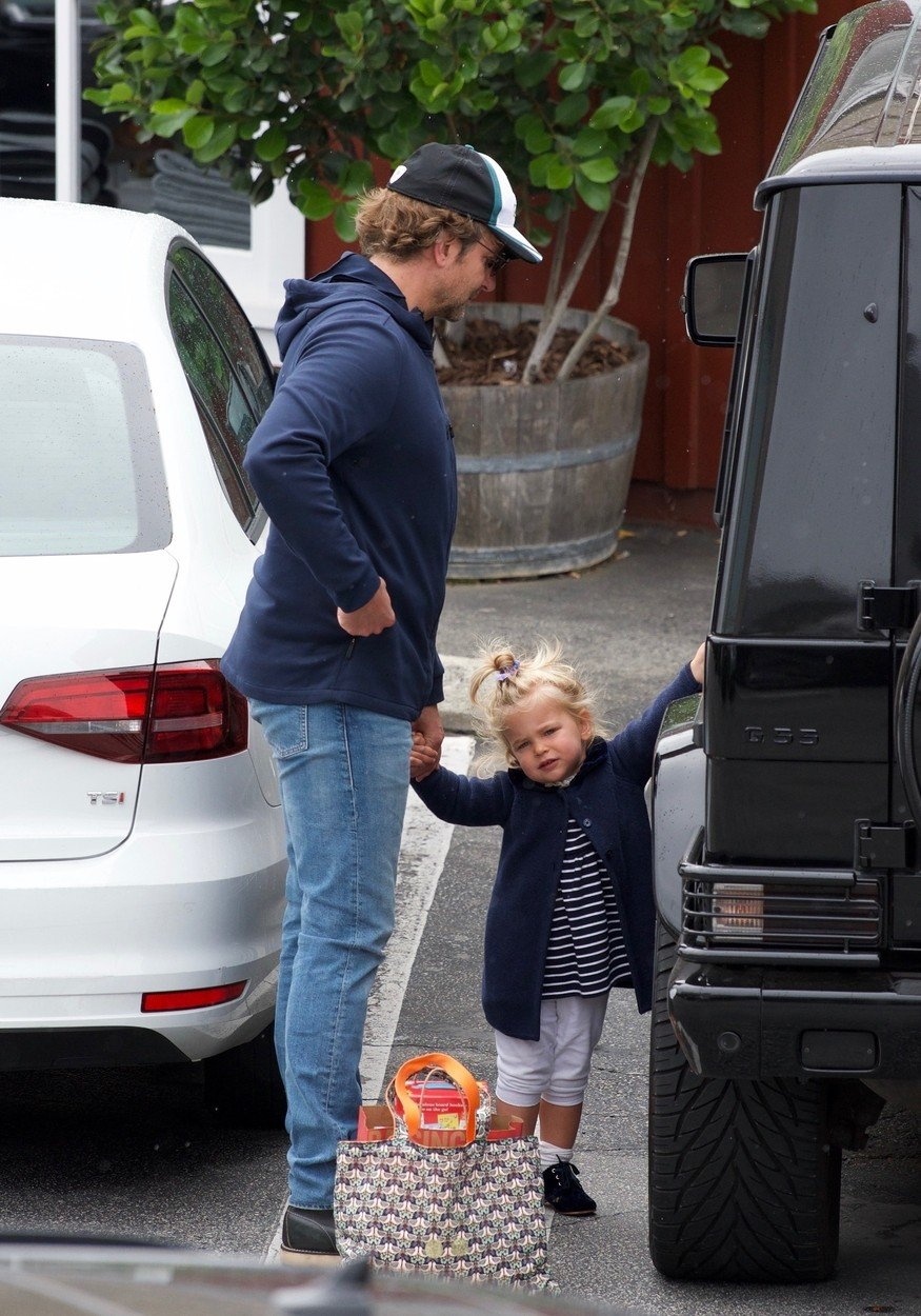 Brentwood, CA  - *EXCLUSIVE*  - Bradley Cooper and Irina Shayk try to keep a low profile as they take their daughter Lea De Seine shopping at Brentwood Country Mart. The family didn't let a little rain stop them, as they emerged with several shopping bags, including a bag from a bookstore.  BACKGRID USA 26 MAY 2019, Image: 437614285, License: Rights-managed, Restrictions: , Model Release: no, Credit line: Profimedia, Backgrid USA