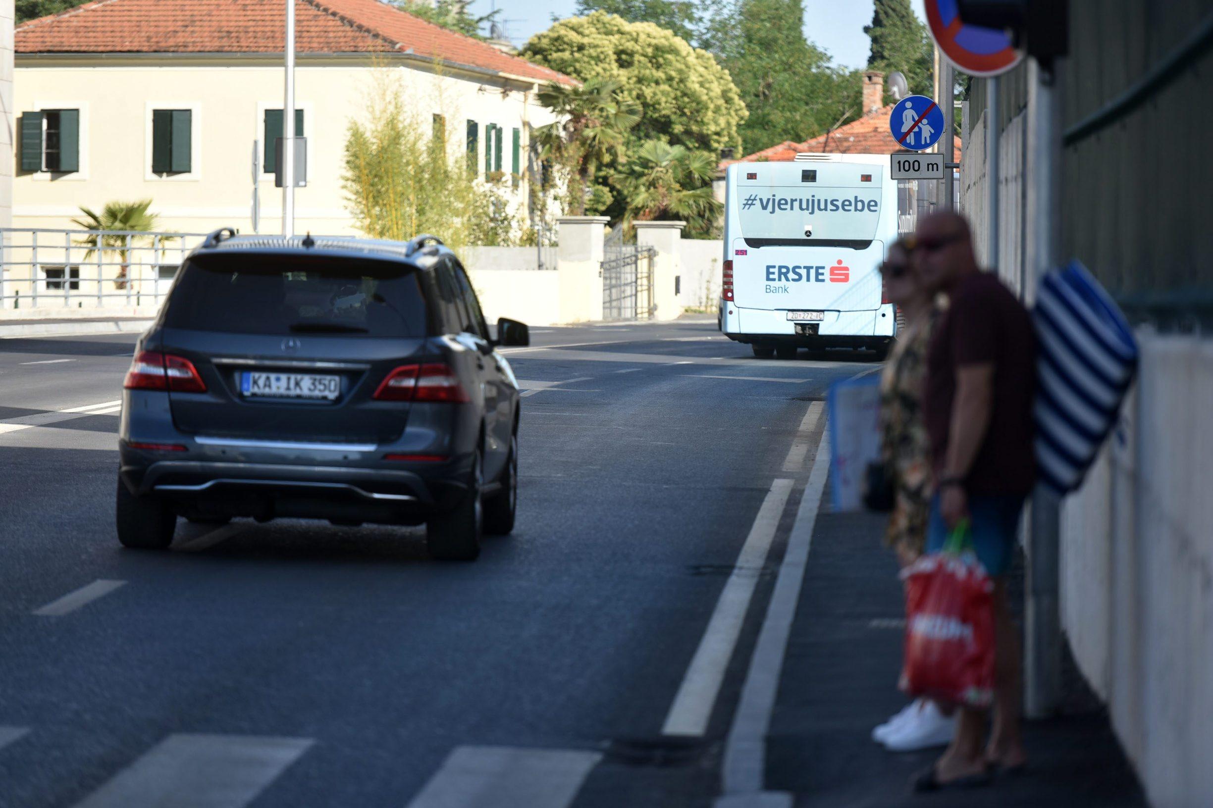 Zadar, 010719. Na nedavno obnovljenoj prometnici u Ulici Nikole Subica - Zrinskog vec se gomilaju problemi. Danas je raskopana zbog radova na elektroinstalacijama, a na 100m nogostupa zabranjeno je kretanje pjesacima. Foto: Luka Gerlanc / CROPIX