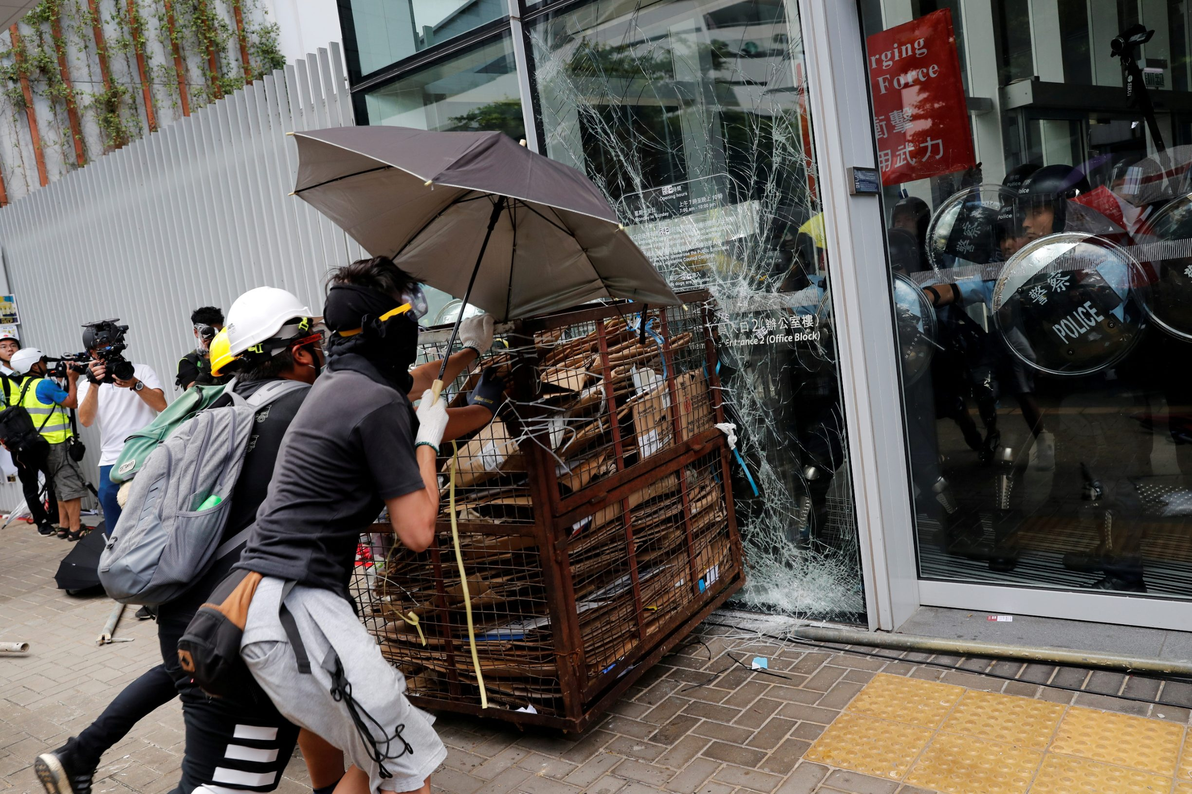Protesters try to break into the Legislative Council building where riot police are seen, during the anniversary of Hong Kong's handover to China in Hong Kong, China July 1, 2019.  REUTERS/Tyrone Siu     TPX IMAGES OF THE DAY