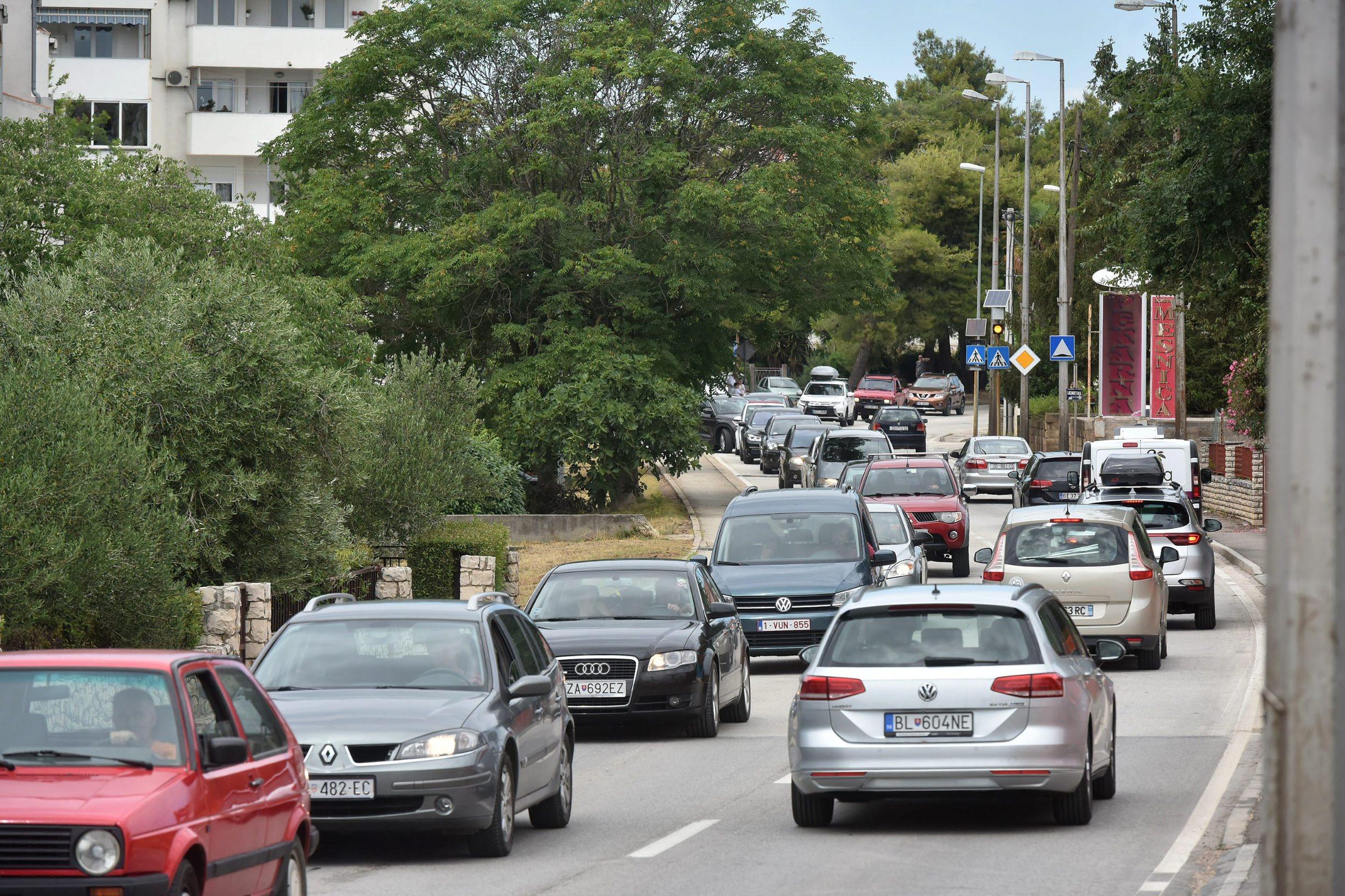 Turisti zbog lošeg vremena iz okolice Zadra u kolonoma automobila pristižu u centar grada što stvara velike prometne gužve i zastoje.
