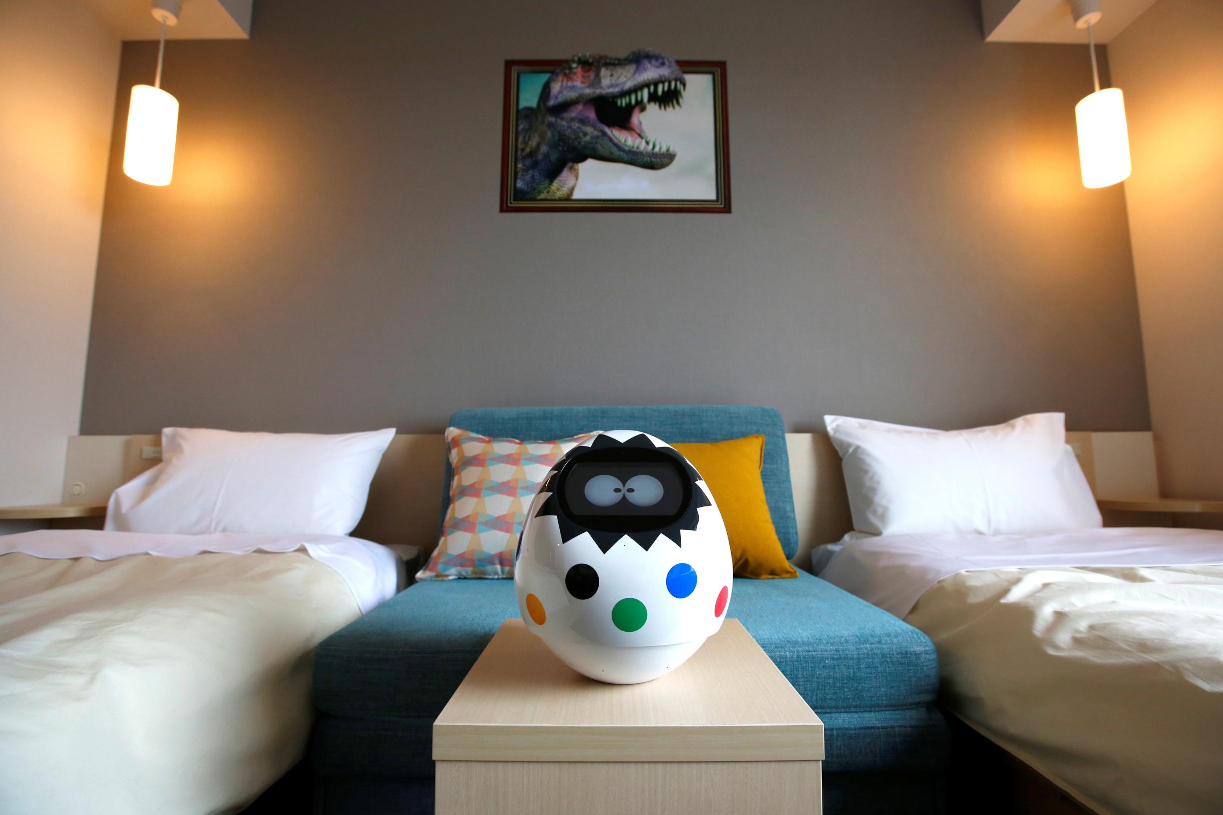 Tapia, robot koji gostima u hotelu Henn na gostima pomaže da glasom kontroliraju uređaje kao što su televizija, klimu i rasvjetu