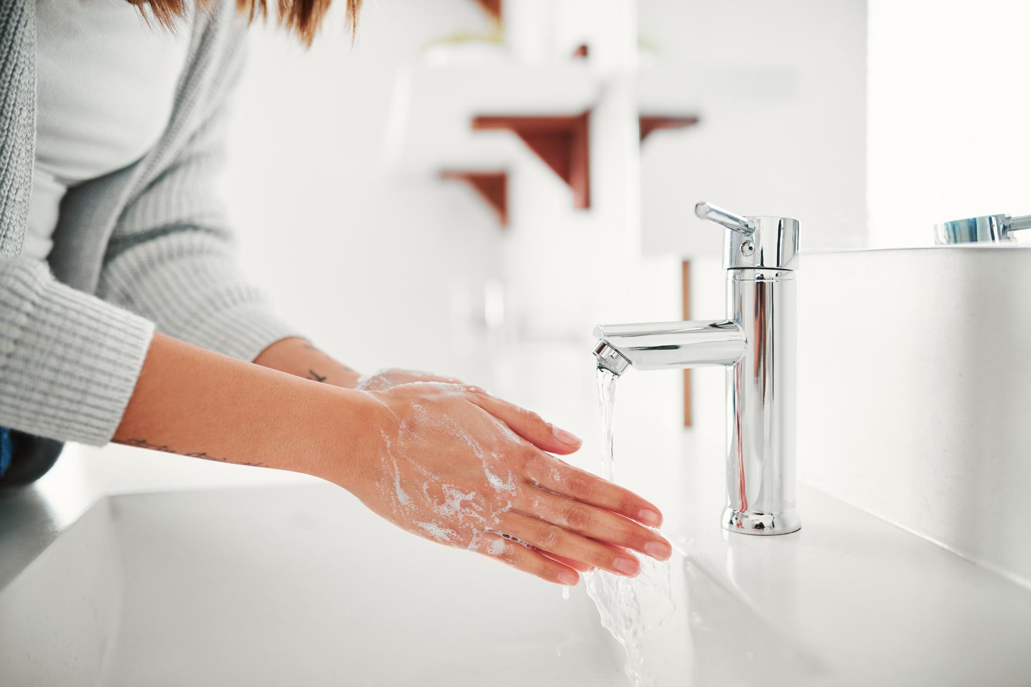 Štoviše, sapun ne mora sadržavati dezinficijense ili dezinfektivne dodatke.