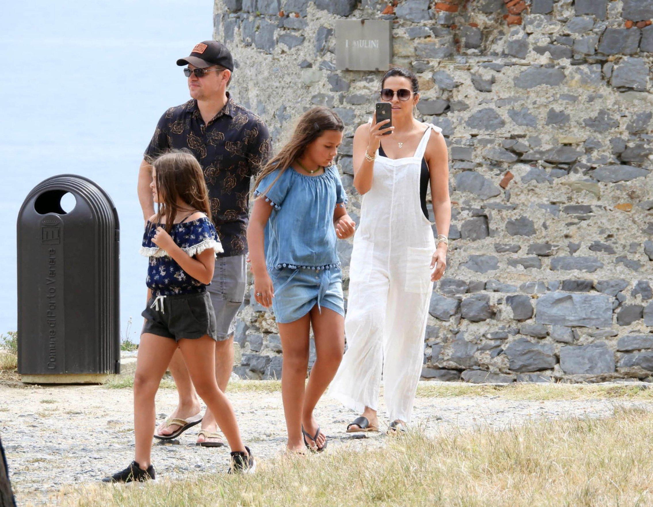 Matt Damon sa suprugom i kćerima