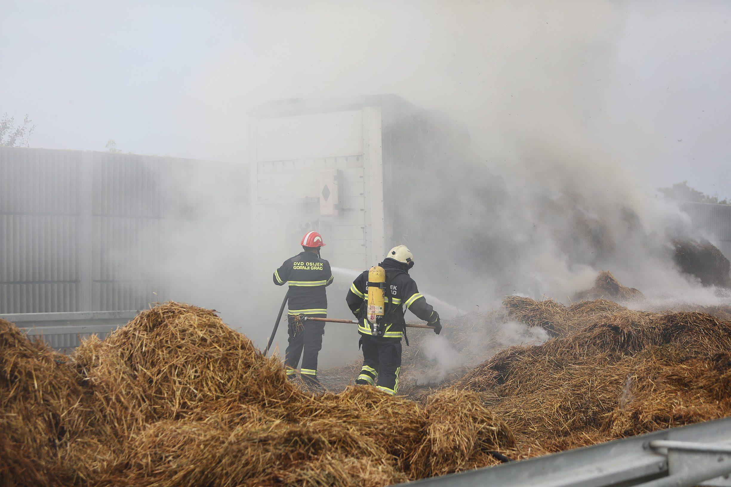 Vatrogasci gase zapaljenu slamu
