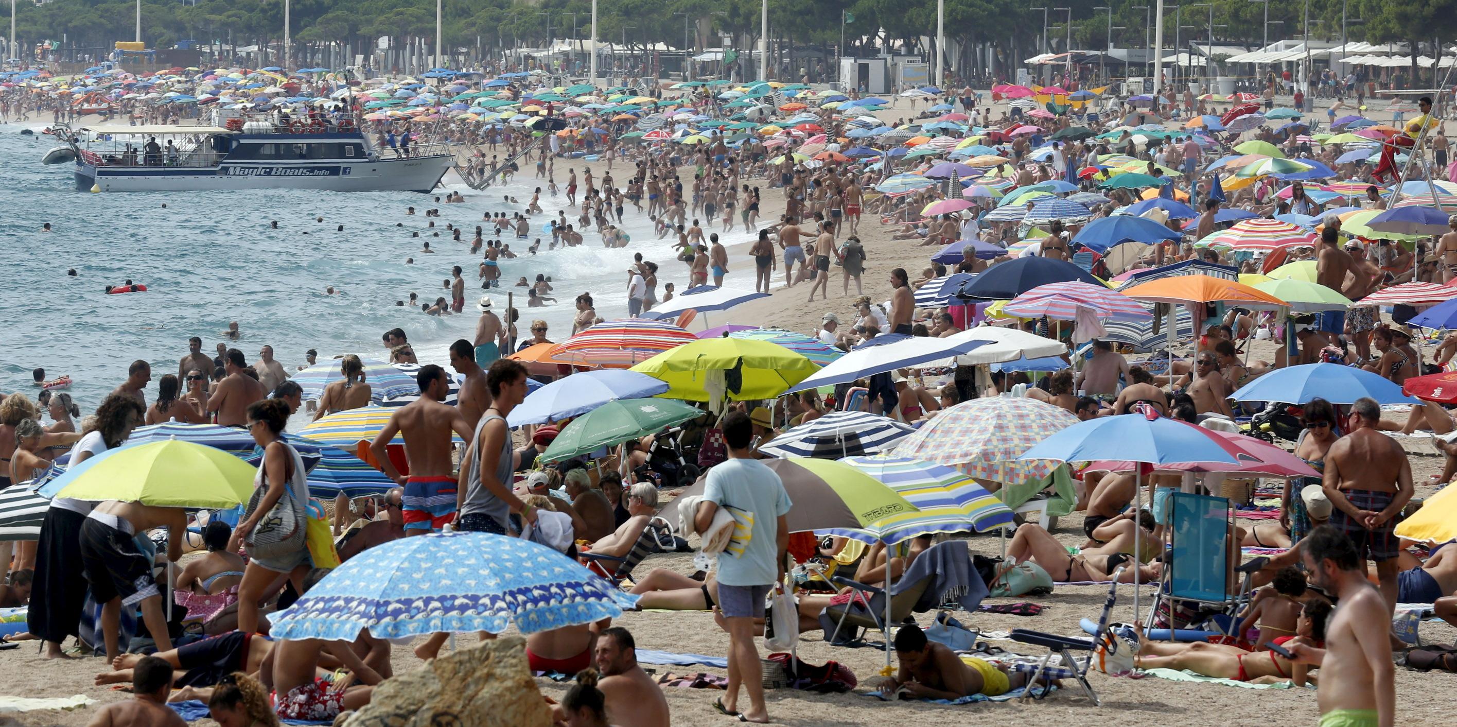 Prekrcana plaža u blizini Barcelone