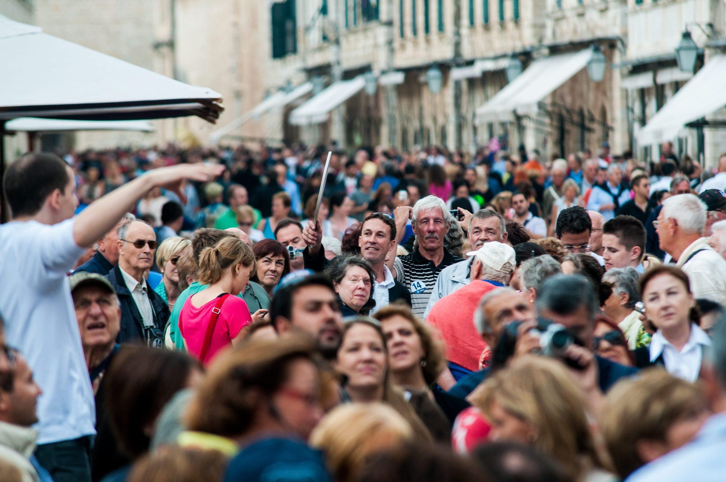 Velika gužva turista na Stradunu u Dubrovniku