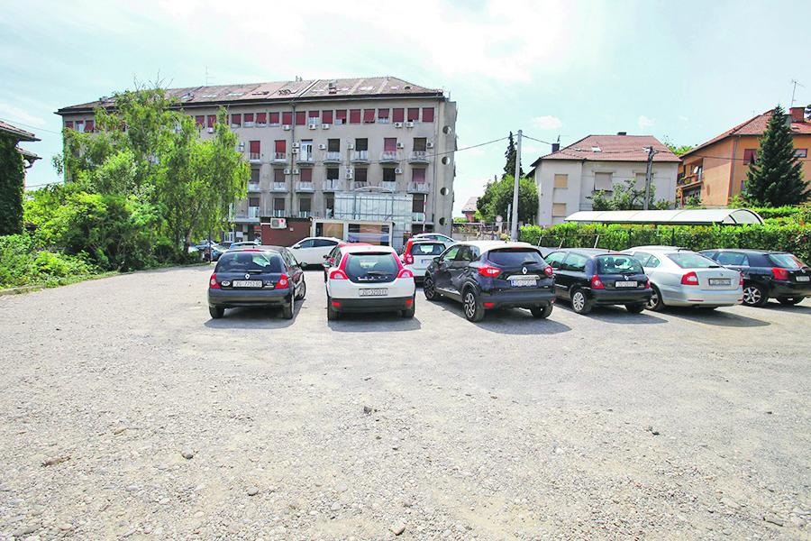 Zagreb, 110719. Sljuncano parkiraliste preko puta KB Merkur. Foto: Zeljko Puhovski / CROPIX