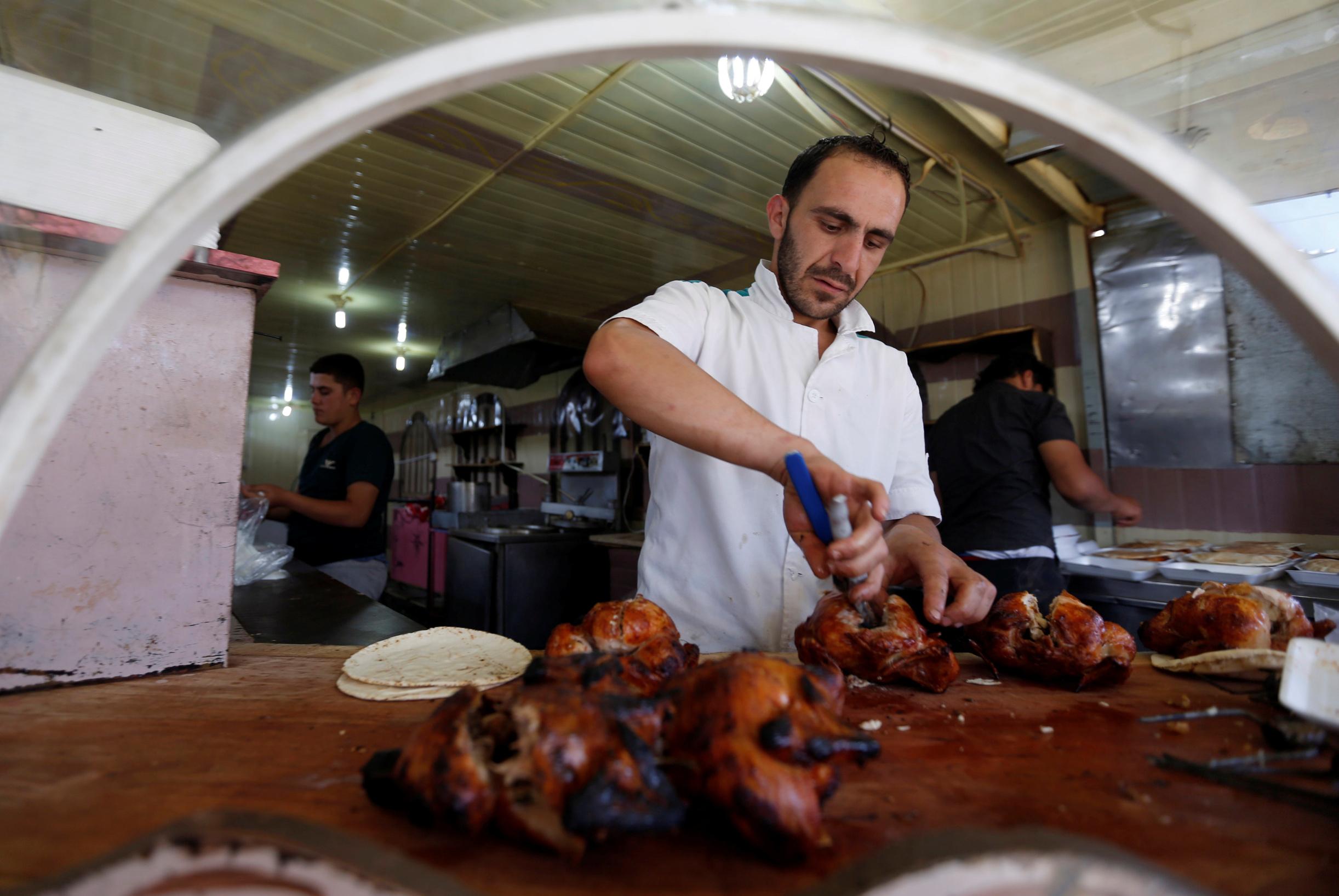 Ilustracija, sirijski izbjeglica priprema hranu