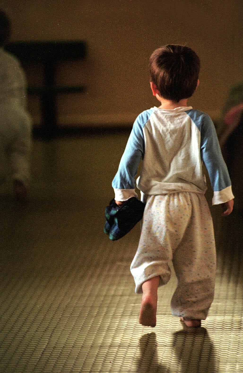 OVAJ DJEČAK JE SRETNO POSVOJEN Fotografiju bosonogog dječaka u pidžami koji tapka po pločicama i nosi papučice u rukama snimio je prije 18 godina na hodniku zagrebačkog doma za djecu bez odgovarajuće roditeljske skrbi fotograf Dražen Kokorić, a Jutarnji ju je list objavio nebrojeno puta. Dječak s fotografije posvojen je vrlo brzo nakon što je fotografija nastala i s roditeljima se odselio u jednu zapadnoeuropsku zemlju, u kojoj živi
