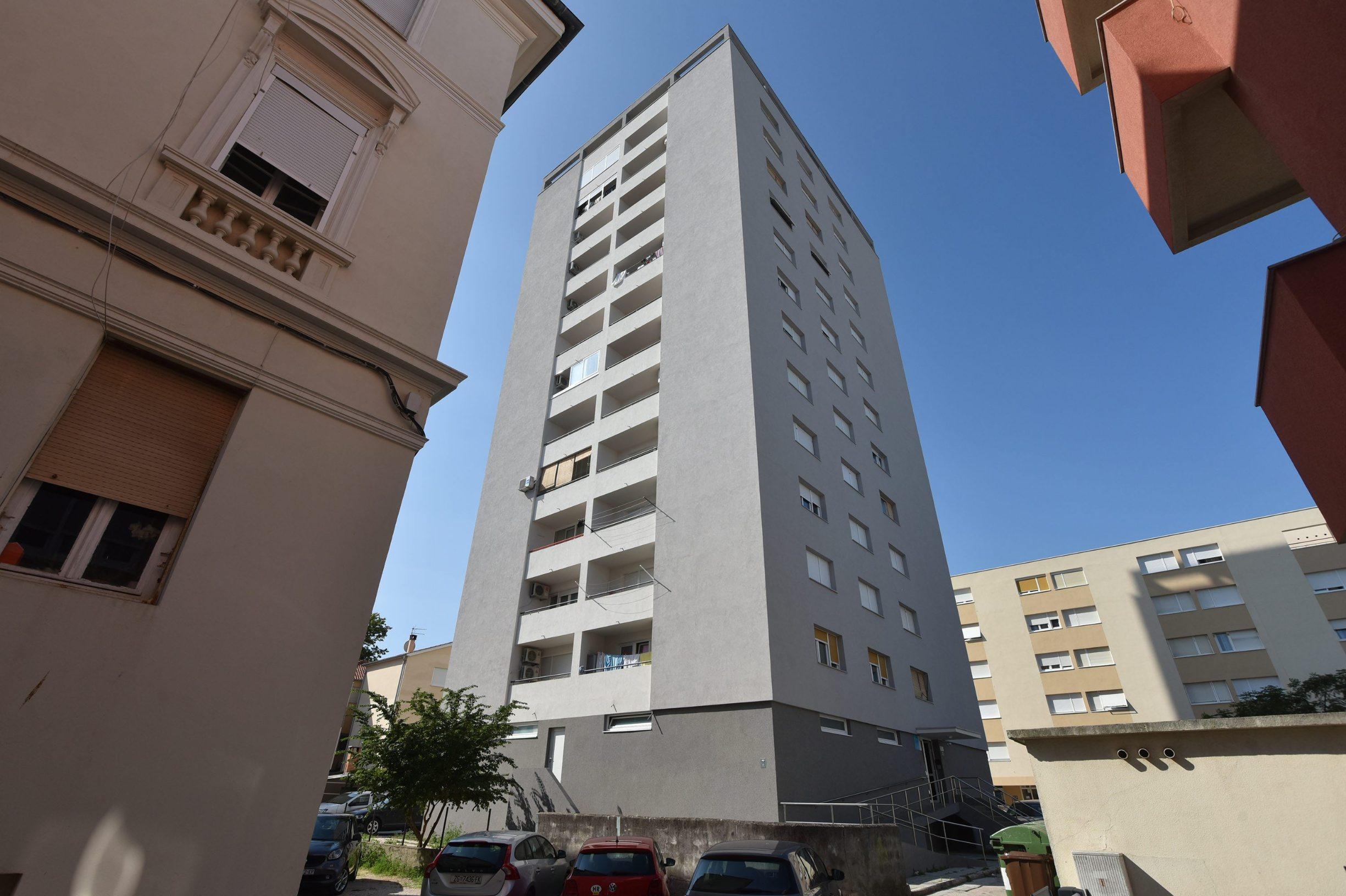 Zadar, 160719. Jutros je iz stana u neboderu na zadarskoj Relji deloziran Lorenzo Zalovic, Zadranin koji smatra da je prevaren prilikom kupnje stana. Foto: Luka Gerlanc / CROPIX