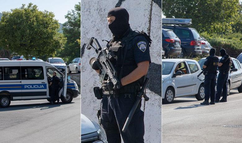 Naoružana policija zaustavlja i pregledava vozila