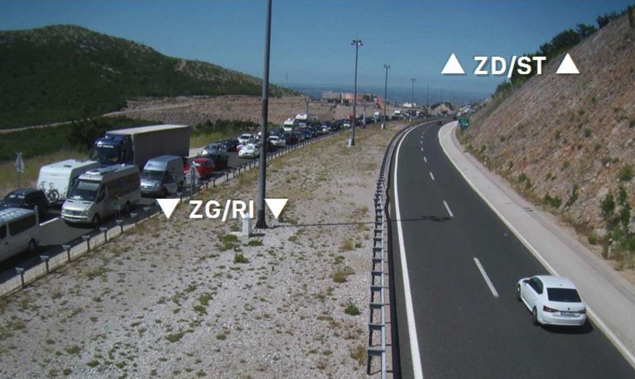 Kolona u smjeru Zagreba nakon prometne nesreće u tunelu Sveti Rok