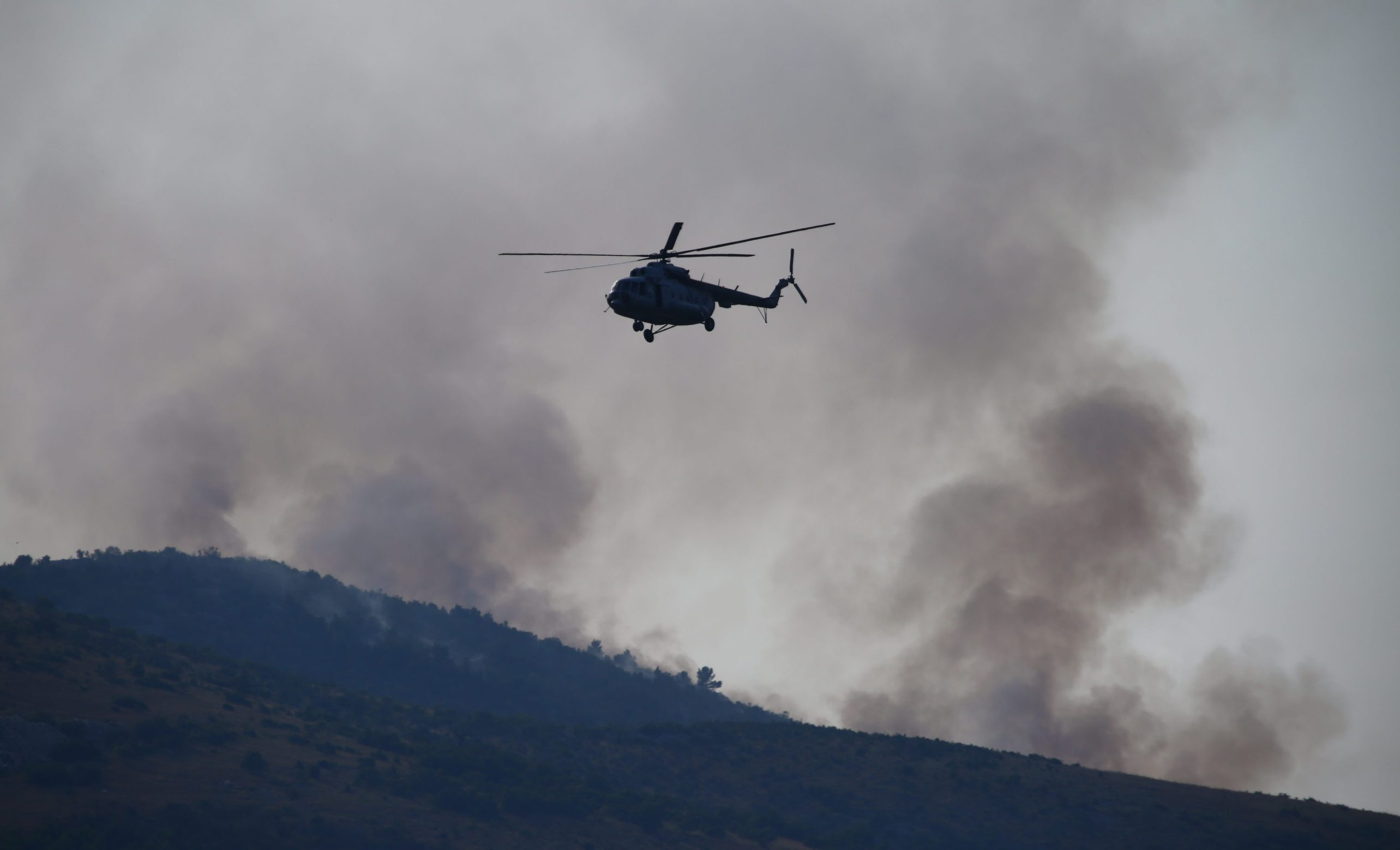 Trogir, 220719. Pozar koji je izbio uslijed udara groma kod Planog gase kanader i helikopter iz sastava Protupozarnih namjenski organiziranih snaga Oruzanih snaga RH . Foto: Duje Klaric / CROPIX