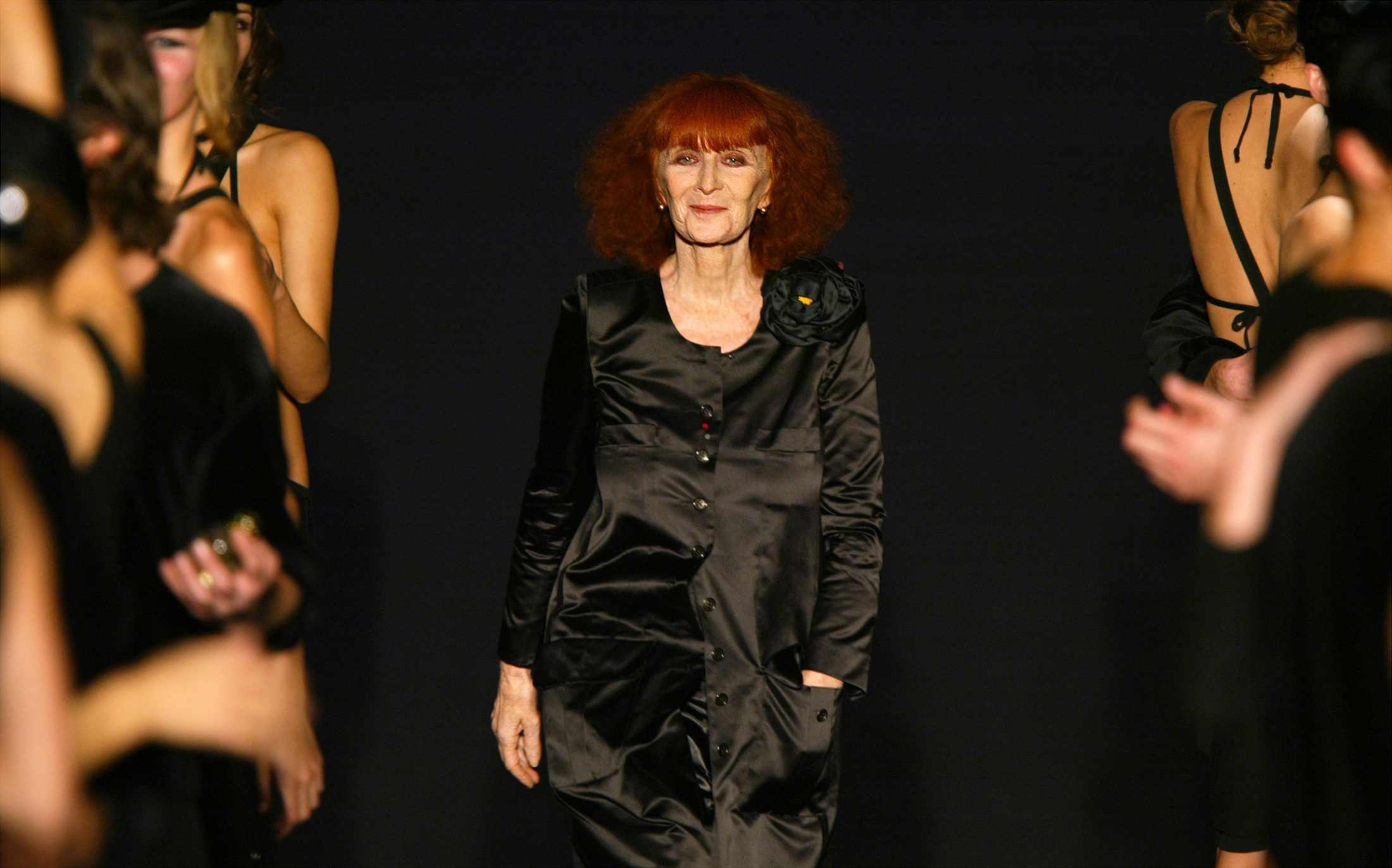 Models applaud French designer Sonia Rykiel at the end of her Spring-Summer ready-to-wear women's fashion collection for 2004 in Paris, October 9, 2003. REUTERS/Charles Platiau REUTERS  JES/ - RP4DRHZPUEAA