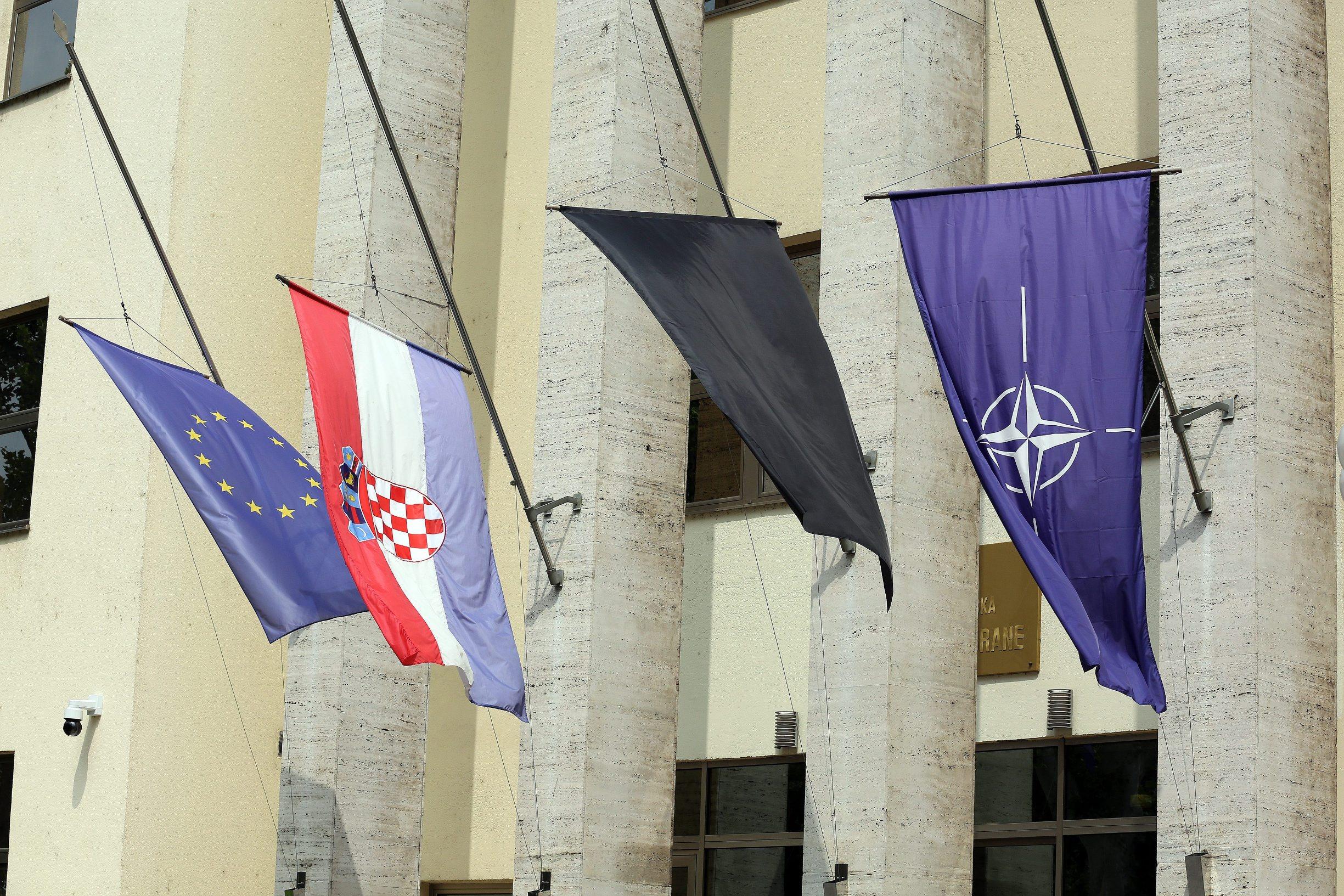 Zastave ispred MORH-a