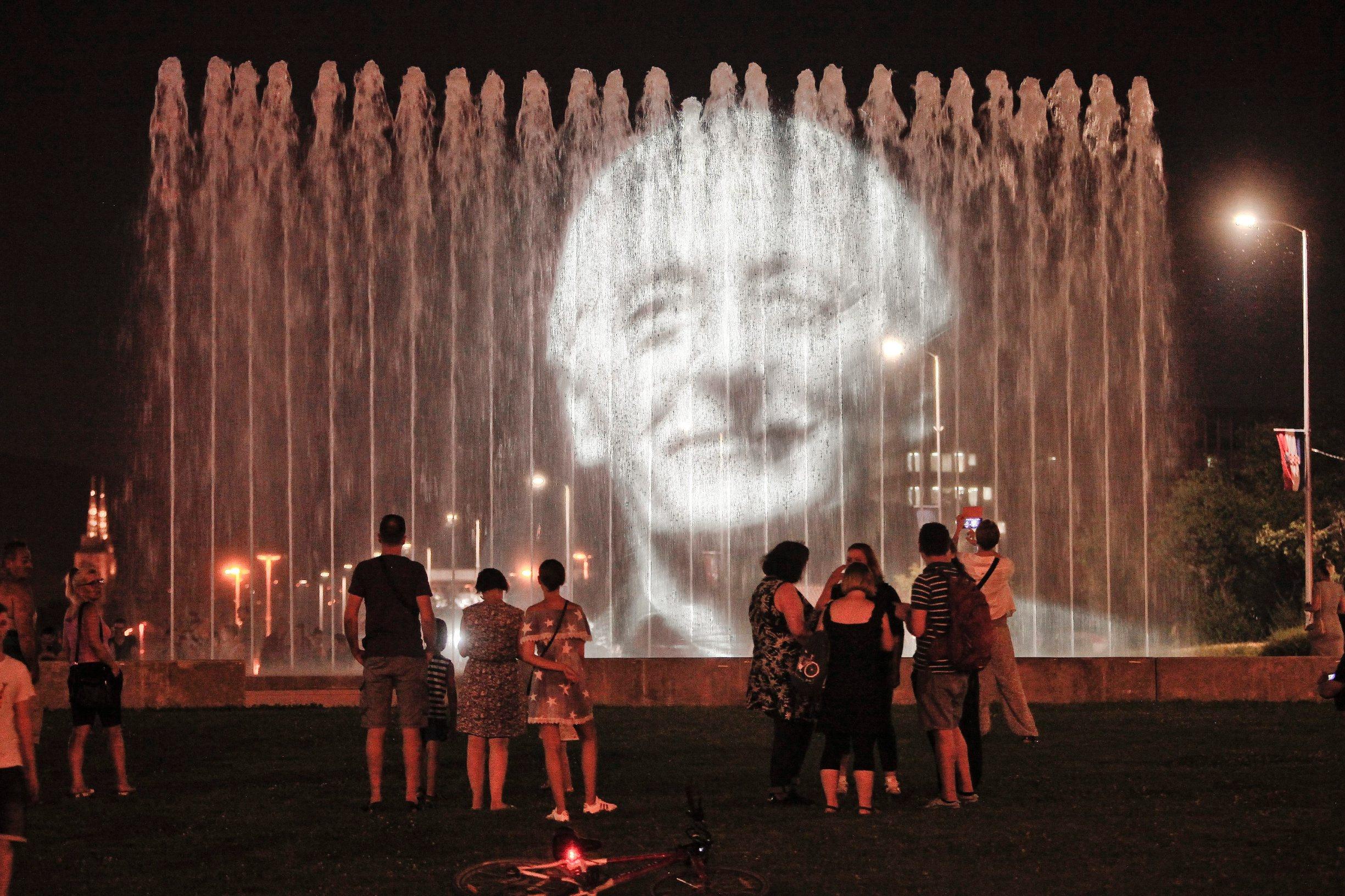 Zagreb, 310718. Na zagrebackim fontanama odrzan je oprostaj od Olivera Dragojevica. Svirale su se njegove pjesme a na fontanama je projicirana prigodna svjetlost. Na fotografiji: projekcija. Foto: Zeljko Puhovski / CROPIX