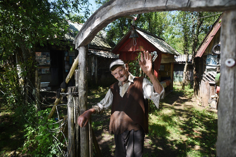 Tounj, 280619. Djuro Susnjar ima 92 godine i svakodnevnicu provodi u samoci na svojem zabacenom imanju u selu Kljuc na Kordunu, promisljajuci o zivotu druzeci se sa svojim zivotinjama. Na fotografiji: Djuro Susnjar. Foto: Robert Fajt / CROPIX