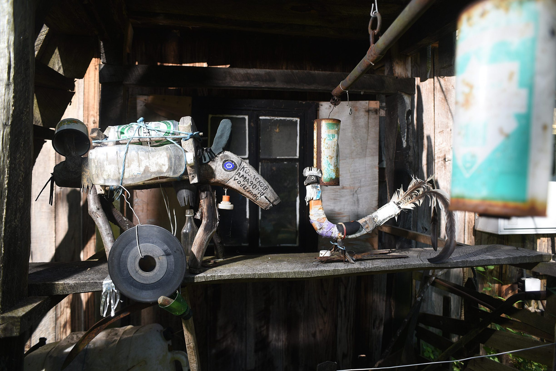 Tounj, 280619. Djuro Susnjar ima 92 godine i svakodnevnicu provodi u samoci na svojem zabacenom imanju u selu Kljuc na Kordunu, promisljajuci o zivotu druzeci se sa svojim zivotinjama. Na fotografiji: Umjetnicke instalacije koje napravio Djuro Susnjar. Foto: Robert Fajt / CROPIX