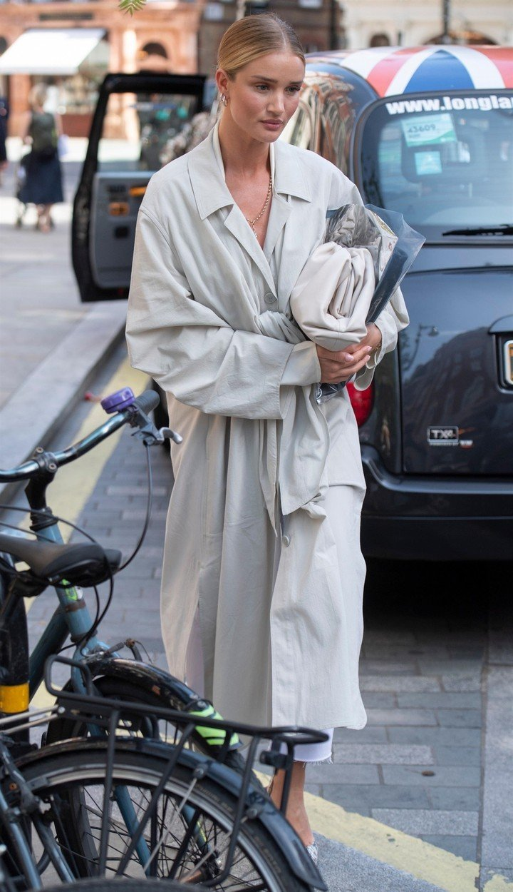 London, UNITED KINGDOM  - *EXCLUSIVE*  - *NO SUBSCRIPTIONS* *NO MAIL ONLINE OR SUN ONLINE*  Rosie Huntington-Whiteley looks effortlessly stylish as she steps out in London. The British model was seen going for a meeting at Jessica McCormack,  a bespoke diamond jewellers who specialise in bridal jewellery in Mayfair. She was wearing a long loose fitting cream mac, snakeskin shoes with a pyramidal heel and had her hair tied back in her signature sleek bun.  *UK Clients - Pictures Containing Children Please Pixelate Face Prior To Publication*, Image: 453219278, License: Rights-managed, Restrictions: RIGHTS: WORLDWIDE EXCEPT IN AUSTRIA, CHINA, GERMANY, RUSSIA, SWITZERLAND, Model Release: no, Credit line: Profimedia, Backgrid UK