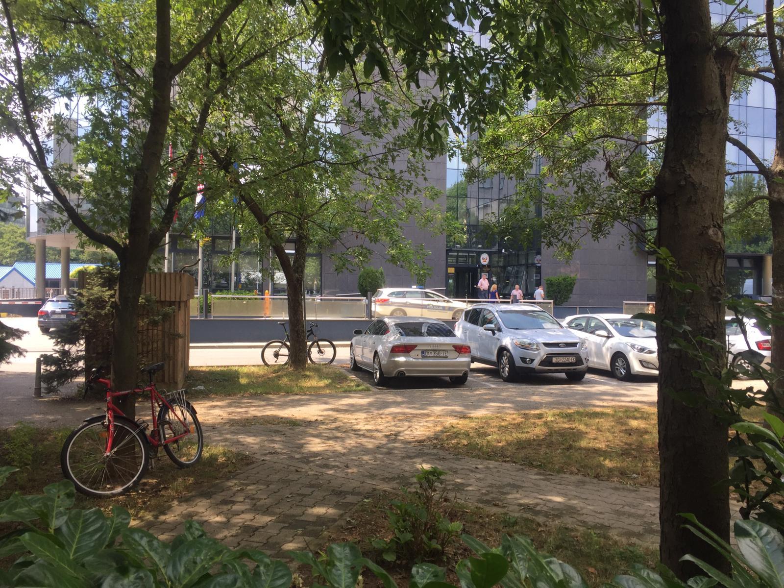 Policija pred zgradom Hanza medije