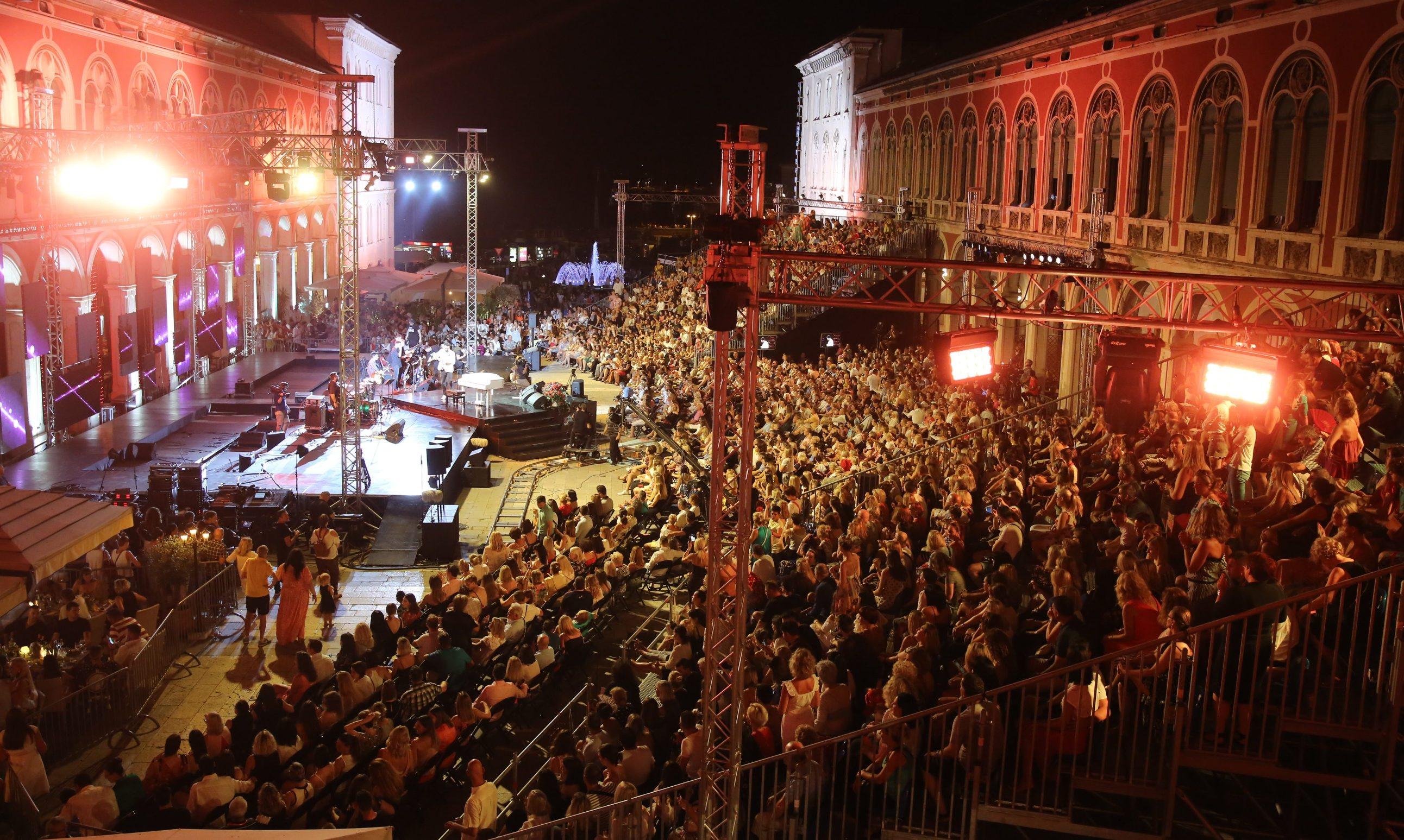 Split, 040719. Petar Graso otvorio 59. Splitski festival svojim koncertom na Prokurativama. Na fotografiji: publika. Foto: Duje Klaric / CROPIX