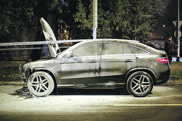 Zagreb, 071118. Prisavlje. Automobil marke Mercedes zapaljen je u ulici Prisavlje.  Policijski ocevid je u tijeku. Na fotografiji: izgoreni automobil. Foto: Marko Todorov / CROPIX