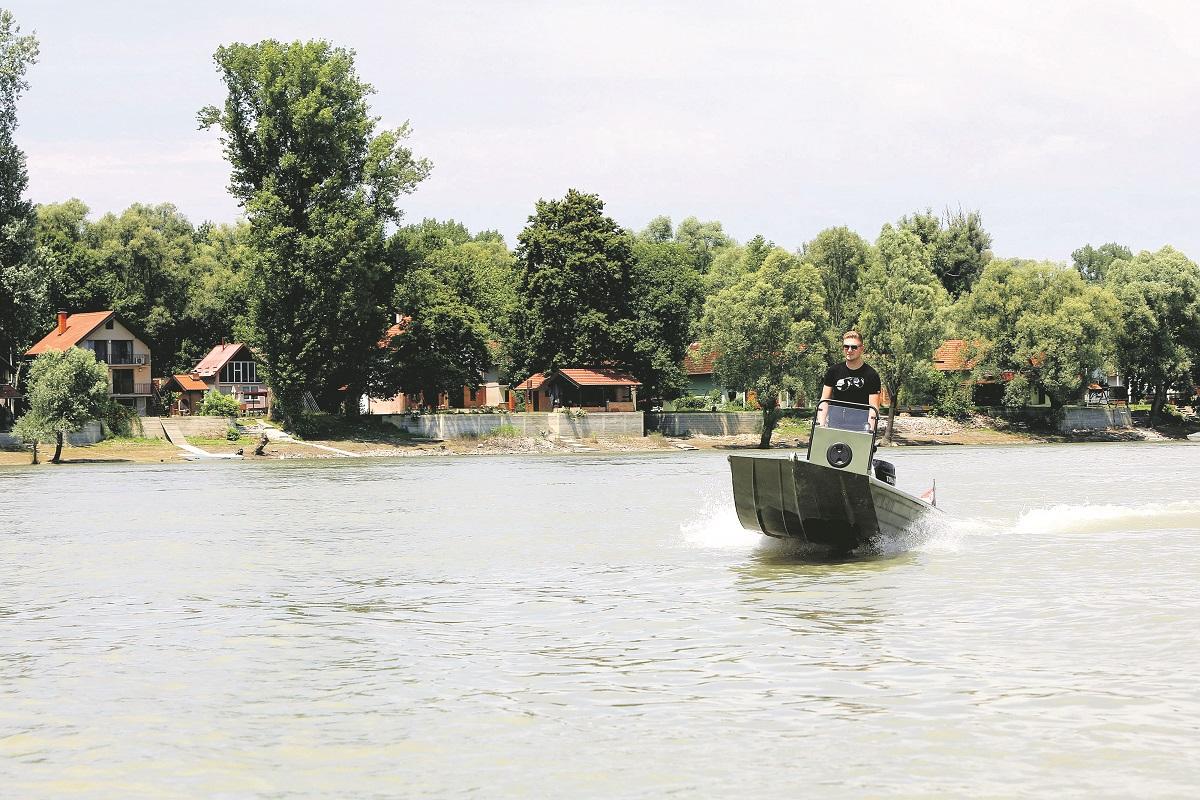 Luka Galović u svom čamcu na Dunavu