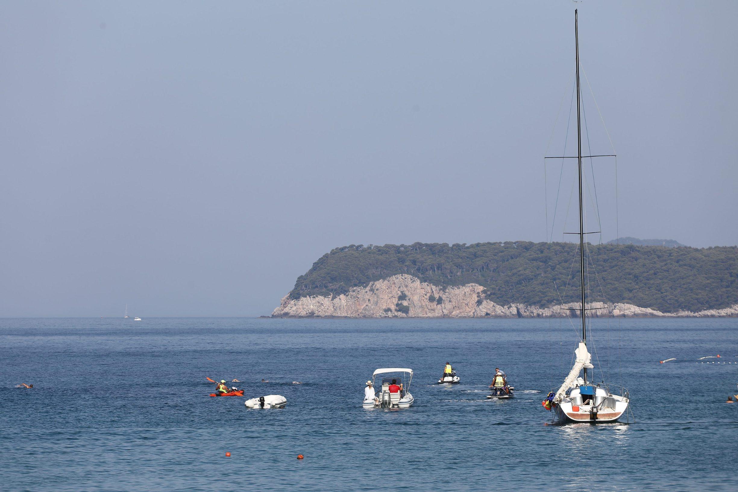Dubrovnik, 060719. Domagoj Jakopovic Ribafish jutros je s lapadske plaze krenuo u jednomjesecni plivacki maraton RokOtok, u spomen na preminulog sina Roka.  Foto: Bozo Radic / CROPIX