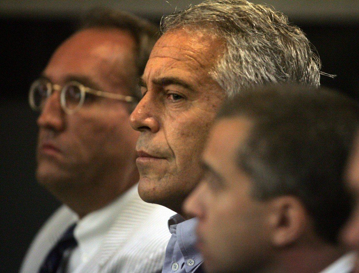 Jeffrey Epstein (u sredini)