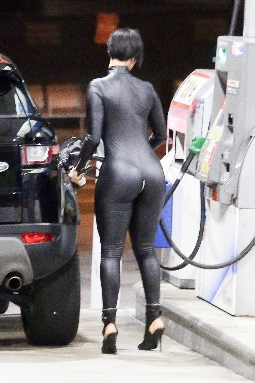 Los Angeles, CA  - *EXCLUSIVE*  - Race Car Driver, Lewis Hamilton and Instagram Model Zahra Elise spent their night together out at Kevin Hart's 40th Birthday Bash at TAO. After the two head to the gas station and Lewis acts as a perfect gentleman by pumping Zahra's gas. The duo are then seen ending up at Zahra's house for the night.  *UK Clients - Pictures Containing Children Please Pixelate Face Prior To Publication*, Image: 455255521, License: Rights-managed, Restrictions: , Model Release: no, Credit line: Profimedia, Backgrid USA