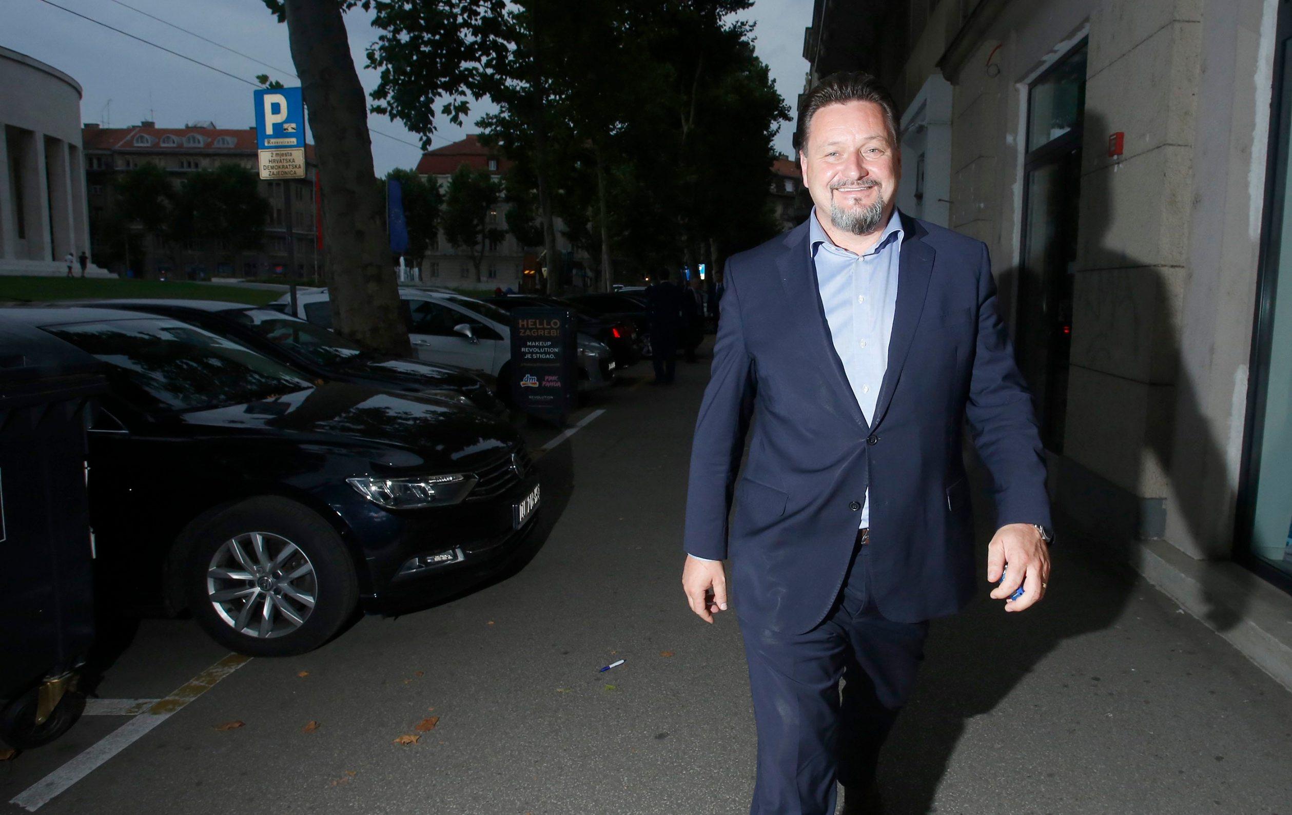Lovro Kuščević napušta središnjicu HDZ-a nakon što je prihvaćena njegova ostavka na poziciji ministra i političkog tajnika
