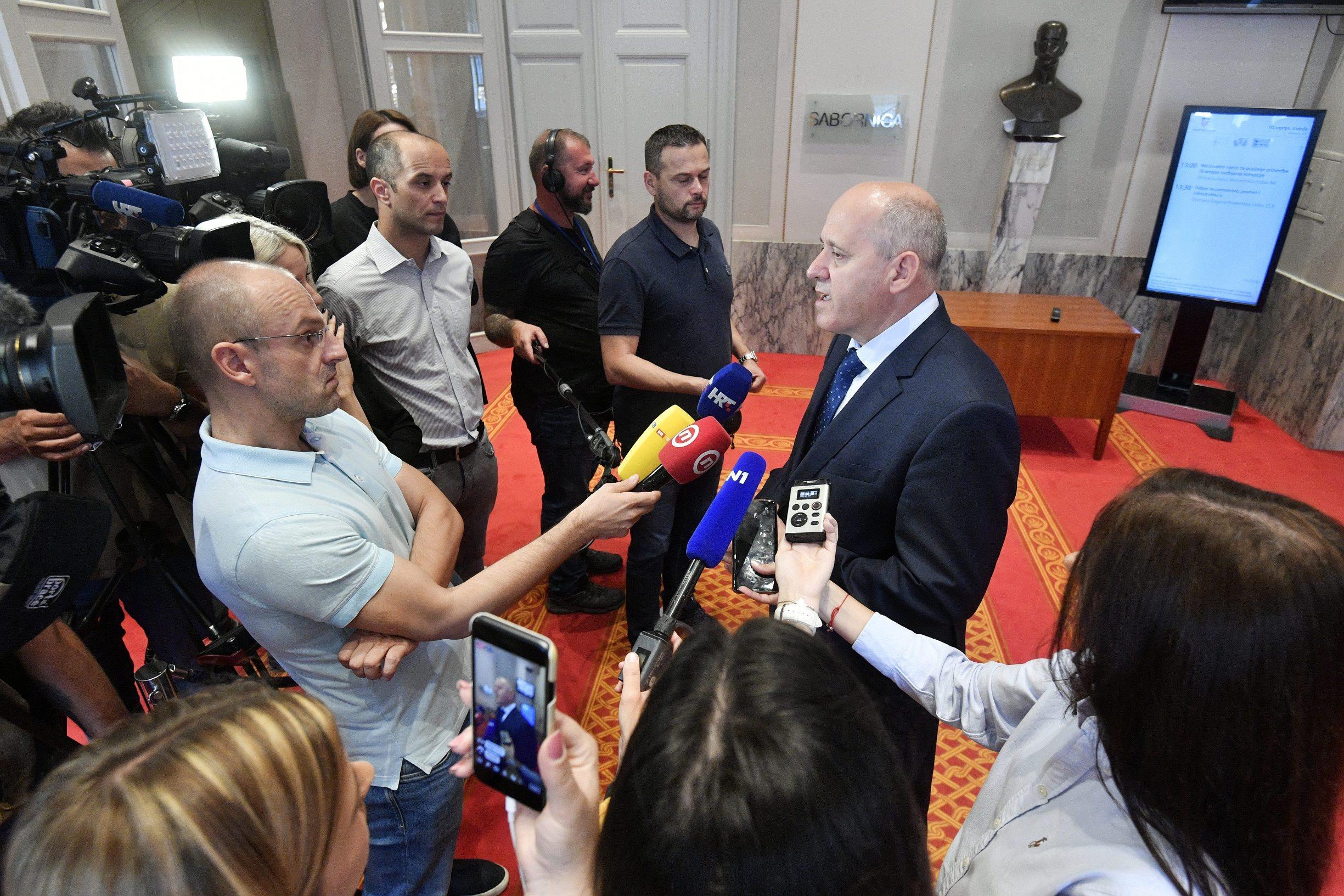 Zagreb, 090719 Saborski zastupnik Branko Bacic daje izjavu za medje u Hrvatskom saboru. Foto: Boris Kovacev / CROPIX