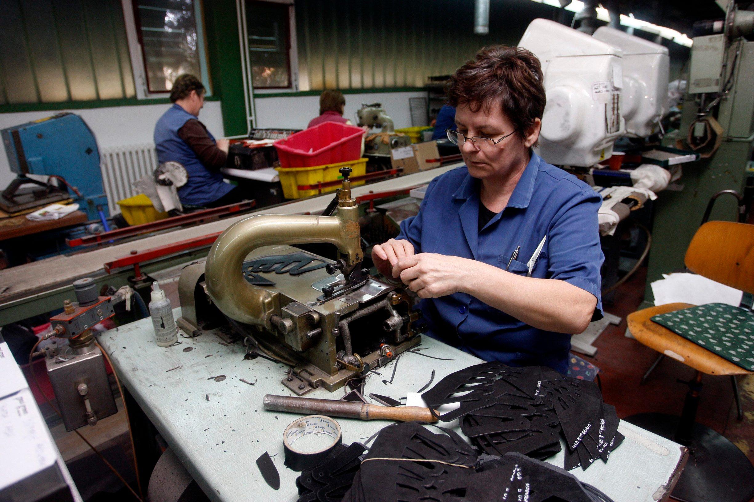 Gorican, 070312. Tvrtka Meiso iz Goricana osnovana je 1978. godine. Vecinski vlasnik je drzava, koja ima 78 posto udjela, a ostalo drze mali dionicari. Tvrtka je od osnutka orjentirana na strano trziste, prvenstveno putem lohn poslova. U ovom trenutku cilj je zadrzati svih 400-ak zaposlenih, medju kojima je najvise zena. Tvrtka je opterecena dugom prema Audio Agenciji u iznosu od 12,3 miljuna kuna, od cega je 4 miljuna kamata. Tvrtka je prije tri godine bila u velikim problemima i pred stecajem, no dolaskom nove uprave 2009. godine redovnim poslovanjem nije napravljen novi dug, a tvrtka svoje obveze redovito podmiruje. Dnevno proizvedu 3500 pari obuce i sve izvoze. Trenutno rade donjista za tvrtku Paul Green iz Austrije. Meiso je u 2011. godini platio 10 milijuna kuna poreza i doprinosa, i prema poreznicima nemaju dugovanja. Na slici: detalj iz proizvodnje. Foto: Zeljko Hajdinjak / Cropix