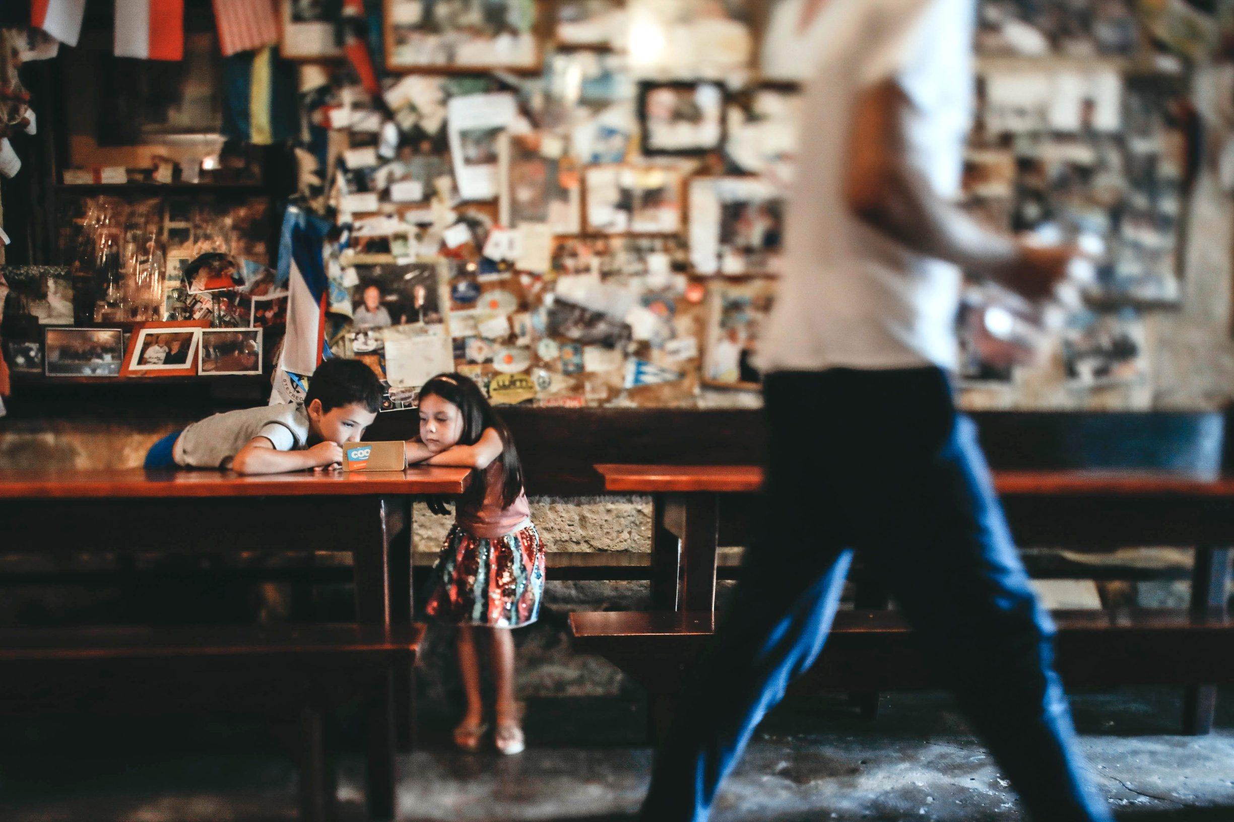 Skradin, 300719. Konoba Mate najstarija konoba u Hrvatskoj koja nije mijenjala svoj izgled od 1958 godine u kojoj se proizvodi i posluzuje samo rakija,vino,prsut,sir i masline. Na fotografiji Zvone i Ema u konobi Mate. Foto: Danijel Soldo / CROPIX