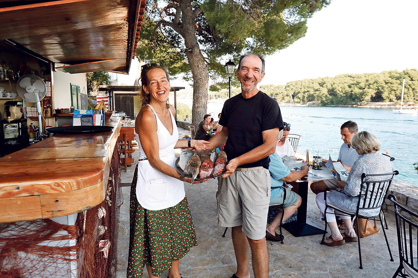 Marina Furlan sa suprugom Lukom Sfarčićem u restoranu Bago