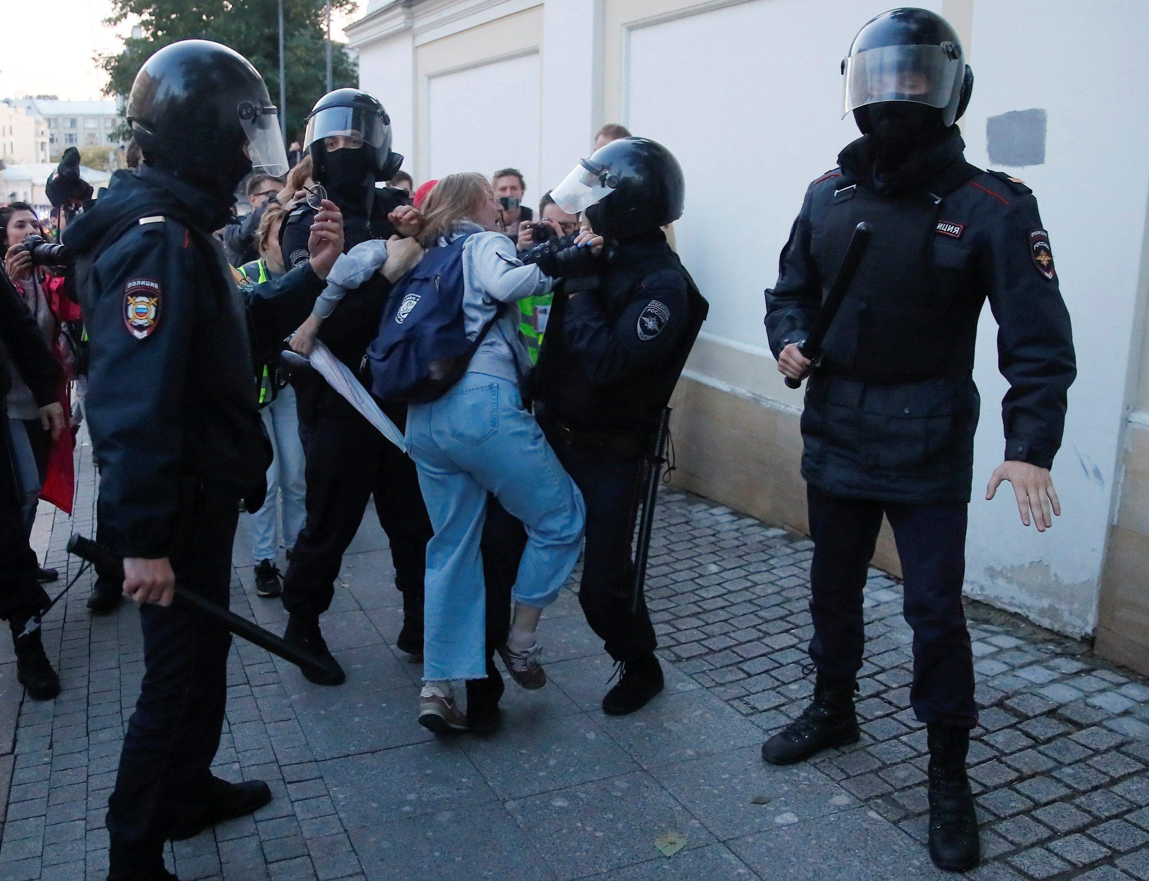 Policija svladava Dariju Sosnovskaju