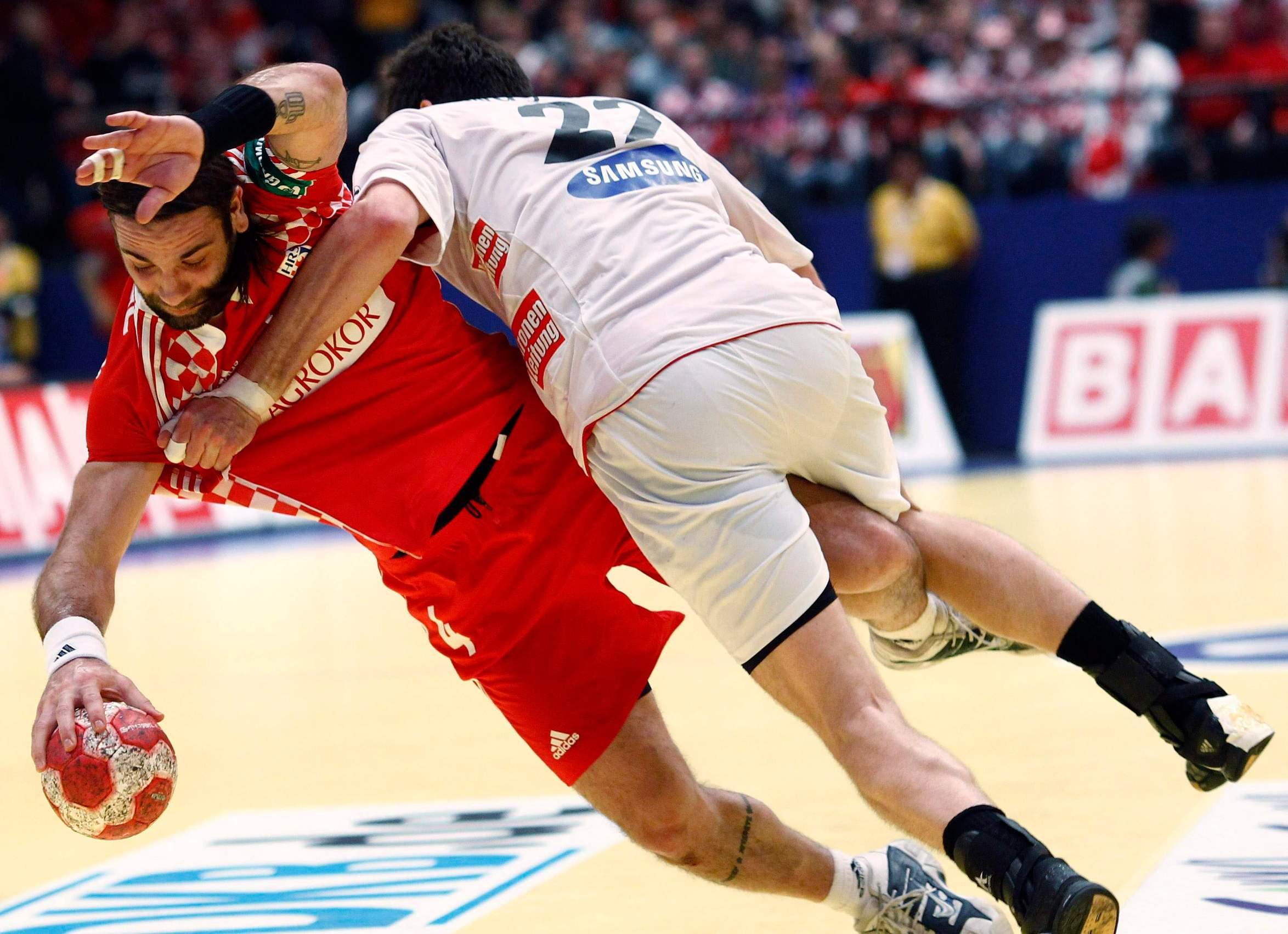 Austria's Markus Wagesreiter (R) tries to stop Croatia's Ivano Balic during their Men's European Handball Championship second round match in Vienna January 26, 2010. REUTERS/Murad Sezer (AUSTRIA - Tags: SPORT HANDBALL)