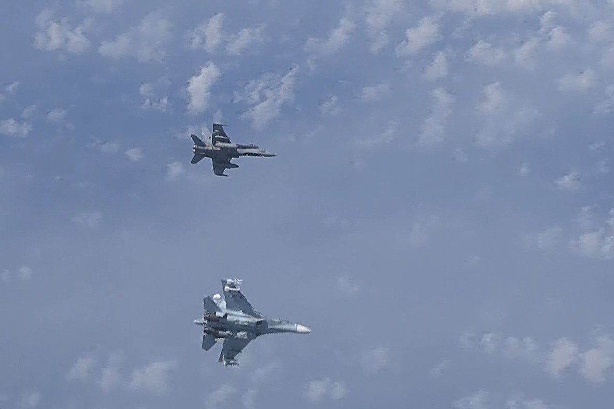 Suhoj Su-27 tjera F/A-18
