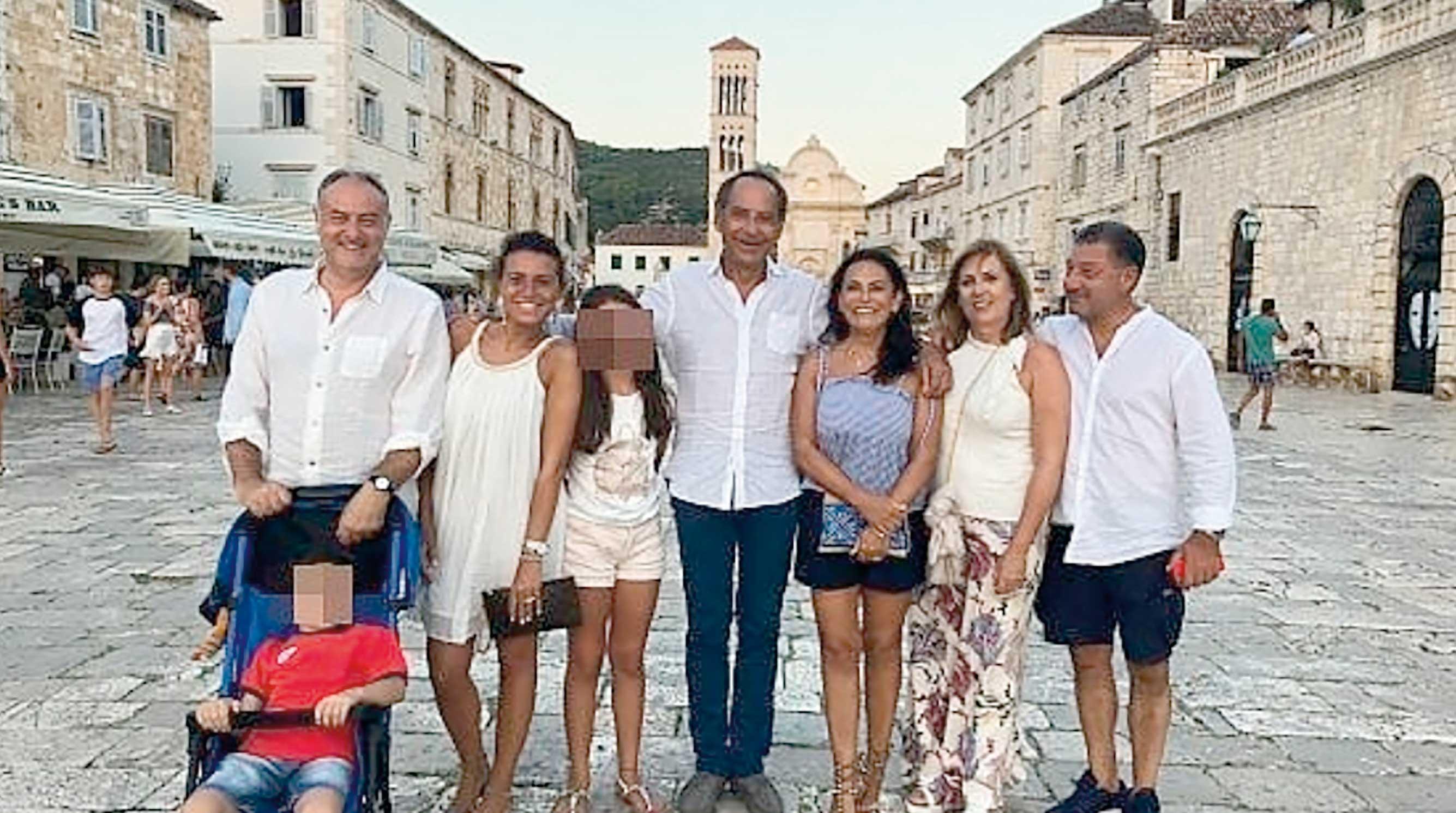 Obitelj Vinci i njihovi prijatelji su se slikali na hvarskoj rivi prije večere nakon koje su se vratili na brod i legli, a zatim je šestero od njih osjetilo simptome trovanja