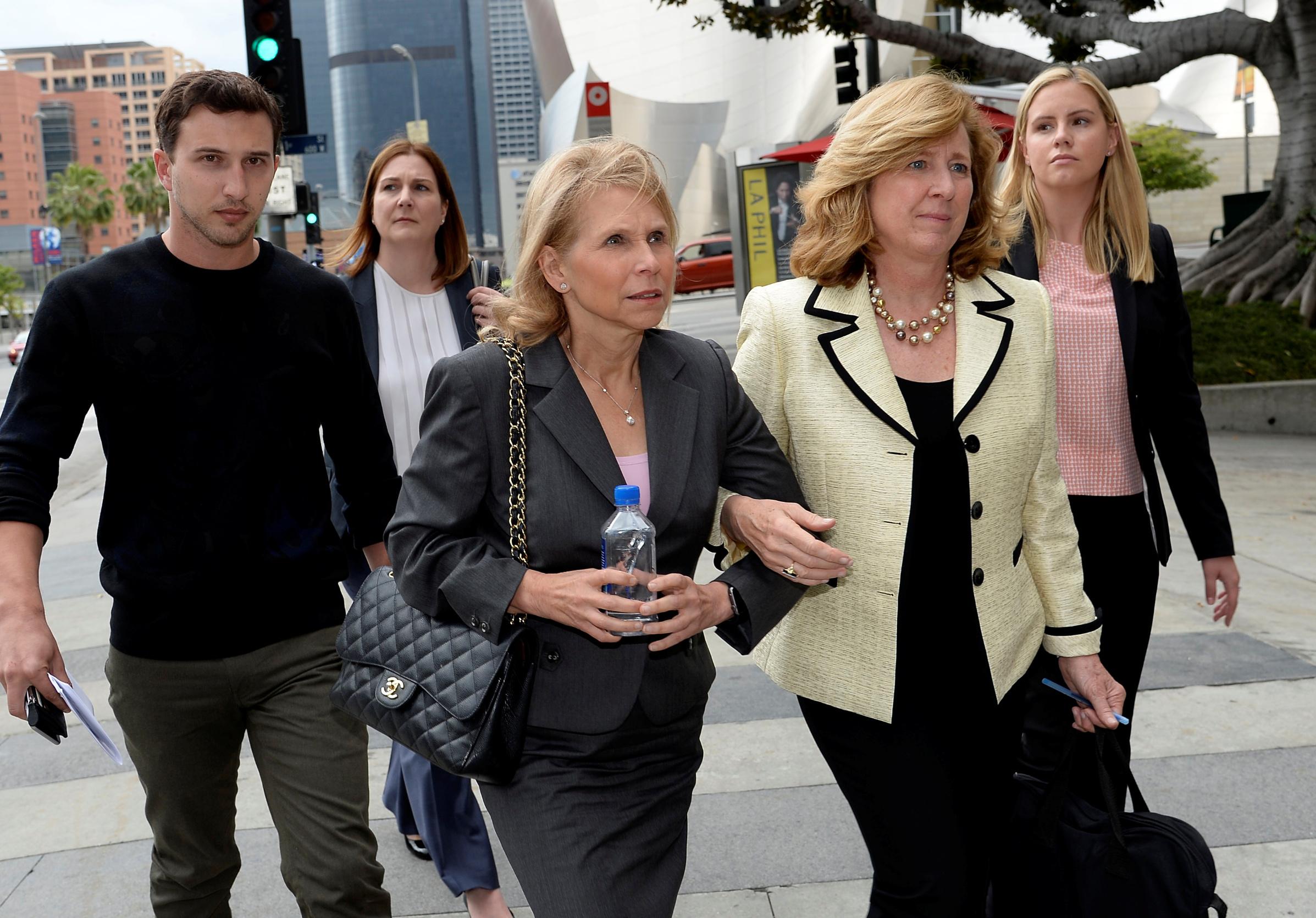 Shari Redstone (u sredini na slici sa svojom odvjetnicom), kći multimilijardera i medijskog mogula Sumnera Redstonea