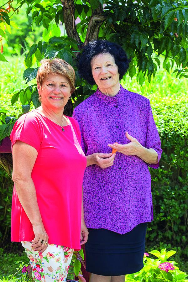 Donja Stubica, 040719. Kuca i vrt obitelji Grubusic. Na fotografiji: Vesna Grubusic, vlasnica kuce (lijevo), gospodja Marija. Foto: Biljana Blivajs / CROPIX