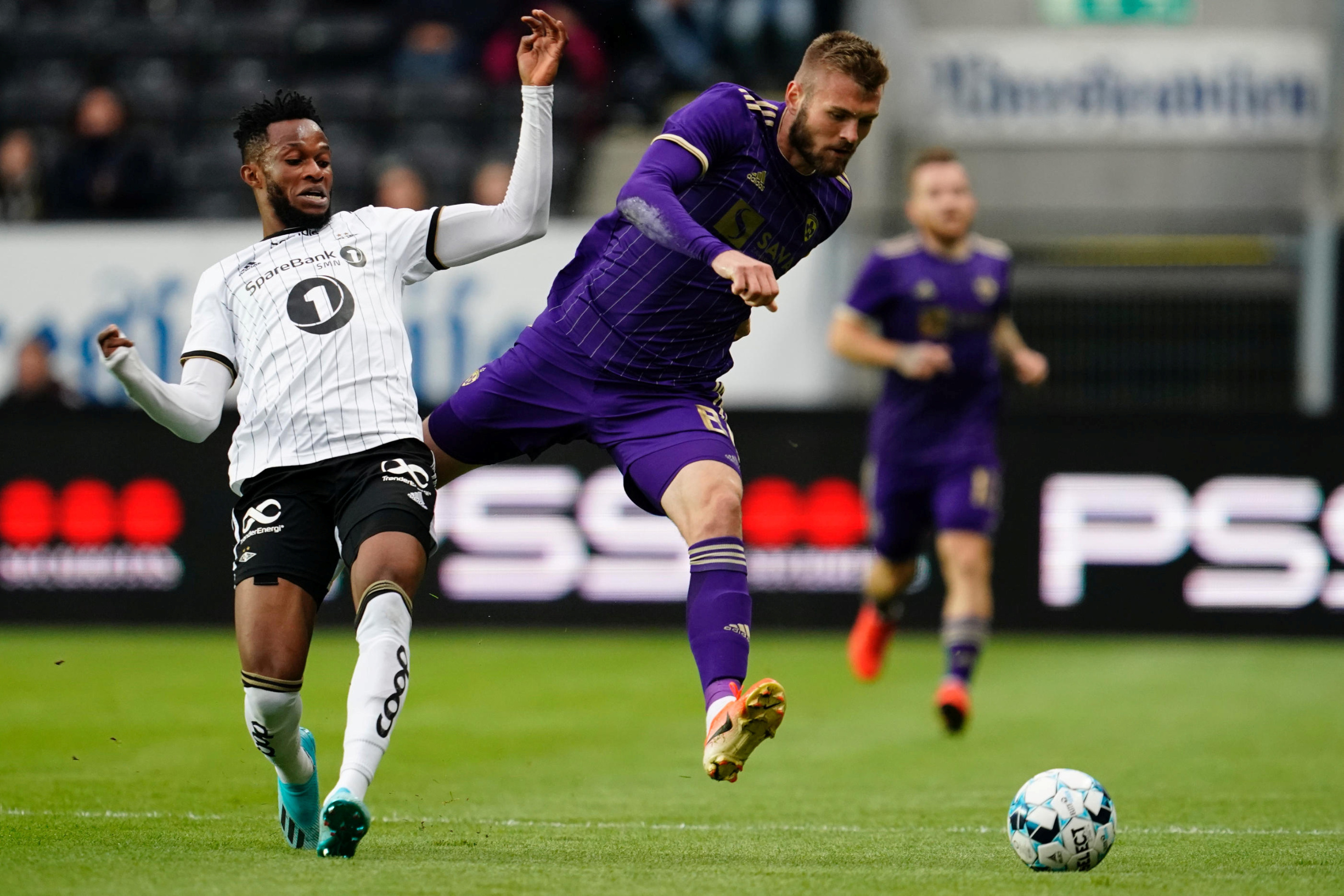 Soccer Football - Champions League - Third Qualifying Round Second Leg - Rosenborg BK v NK Maribor - Lerkendal Stadium, Trondheim, Norway - August 13, 2019. Rosenborg's Samuel Adegbenro and Maribor's Alexandru Cretu in action. NTB Scanpix/Ole Martin Wold via REUTERS   ATTENTION EDITORS - THIS IMAGE WAS PROVIDED BY A THIRD PARTY. NORWAY OUT. NO COMMERCIAL OR EDITORIAL SALES IN NORWAY.