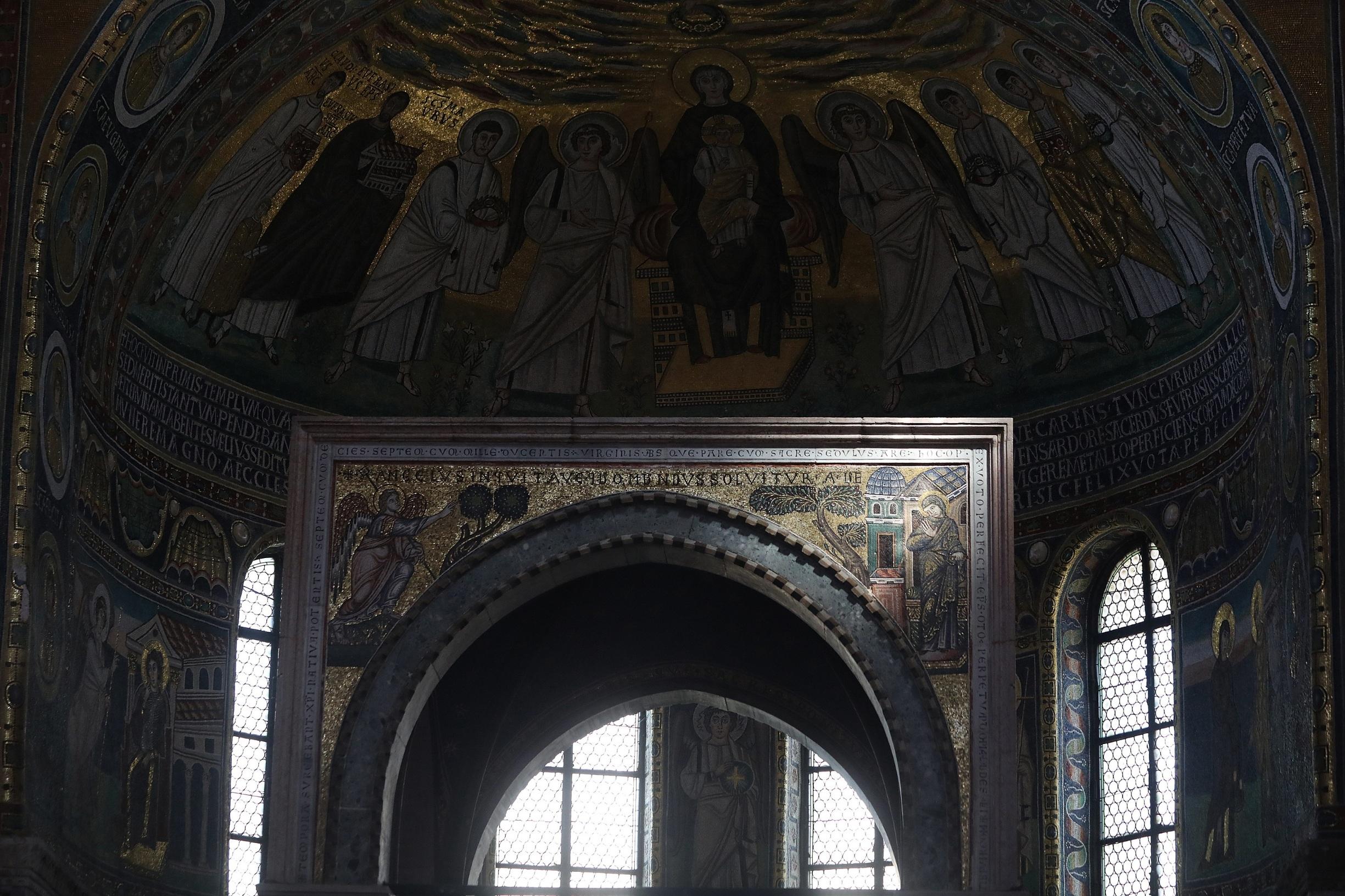 Porec, 150819. Eufrazijeva bazilika Slovenski arhitekt Janko Rozic koji proucava polozaj sunca koji obasjava relikvije na Eufrazijevoj bazilici. Na fotografiji: Sunce obasjava fresku gospe. Foto: Ranko Suvar / CROPIX