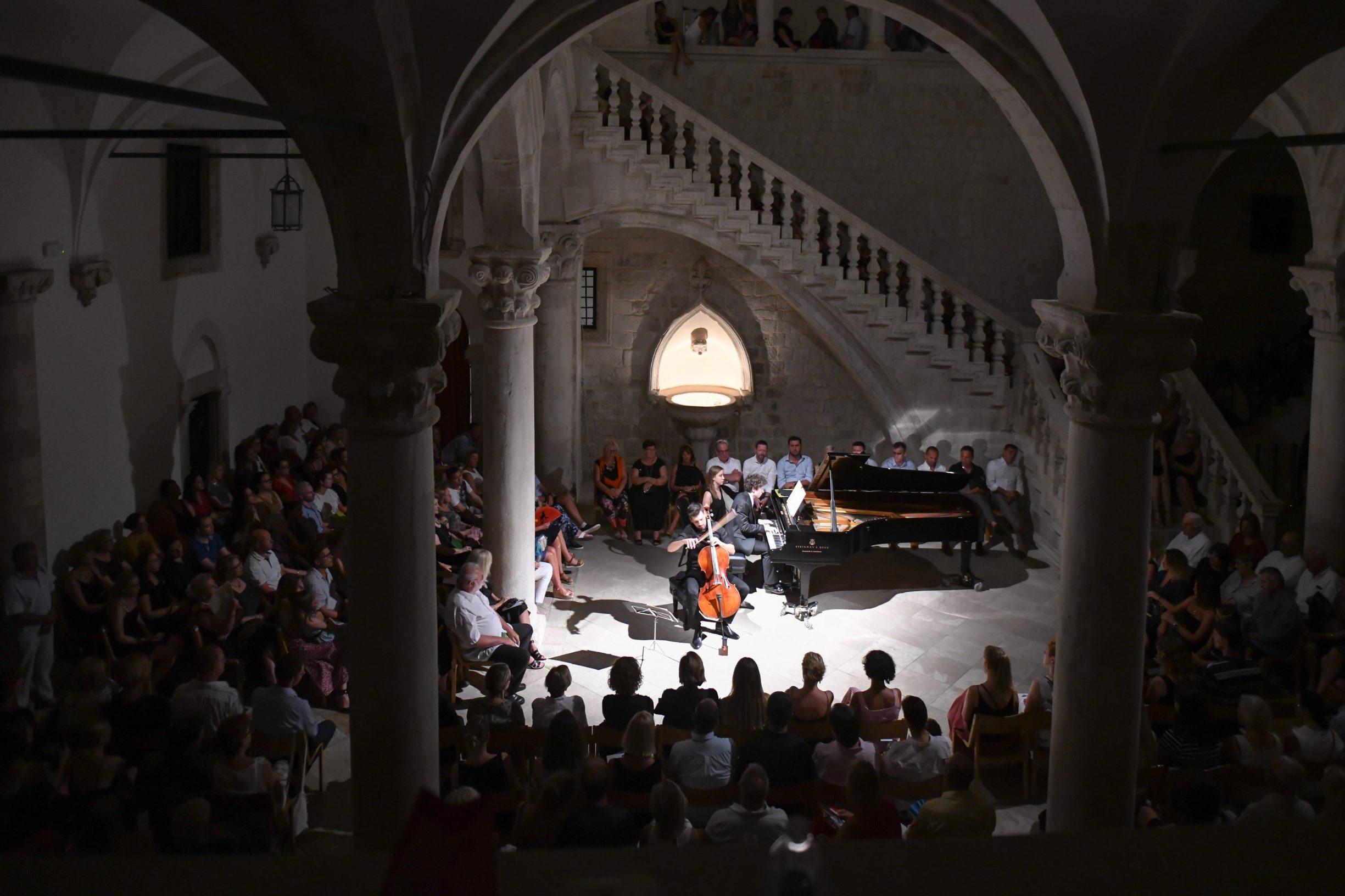 Dubrovnik, 220819. Violoncelist Luka Sulic i pijanist Aljosa Jurinic nastupili su veceras u Knezevu dvoru u sklopu dubrovackih ljetnih igara. Foto: Tonci Plazibat / CROPIX