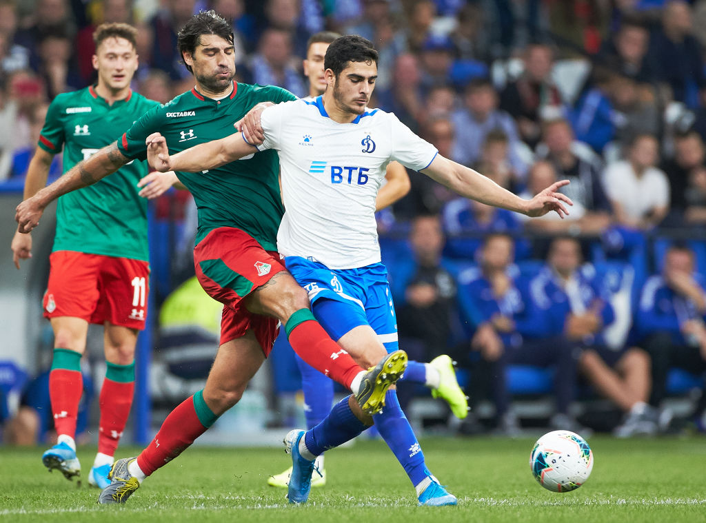 MOSCOW, RUSSIA - AUGUST 18: Ramil Sheydayev of FC Dynamo Moscow and Vedran Corluka of FC Lokomotiv Moscow vie for the ball during the Russian Football League match between FC Dynamo Moscow and FC Lokomotiv Moscow at VTB Arena  Dynamo Central Stadium on August 18, 2019 in Moscow, Russia. (Photo by Epsilon/Getty Images)