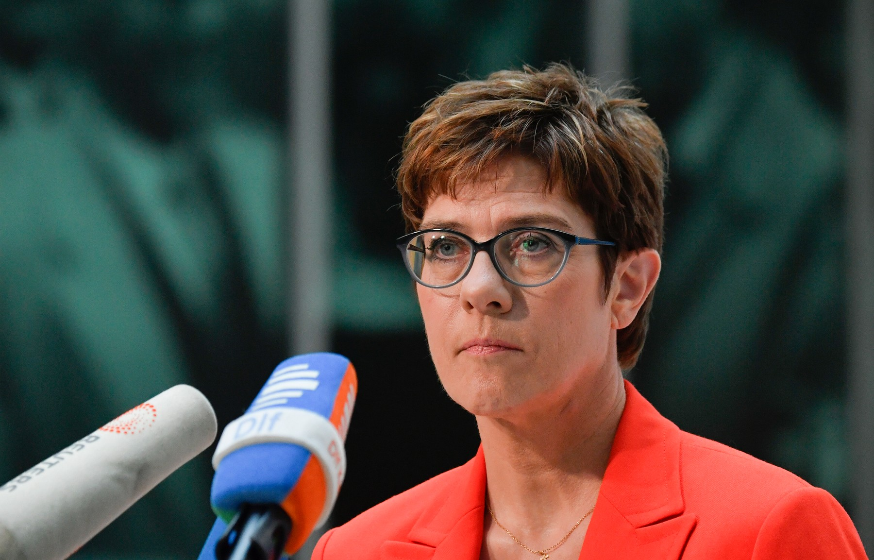 Najizglednija nasljednica Angele Merkel na čelu njemačke vlade ovih dana mora pod svaku cijenu spasiti rejting stranke na istoku države